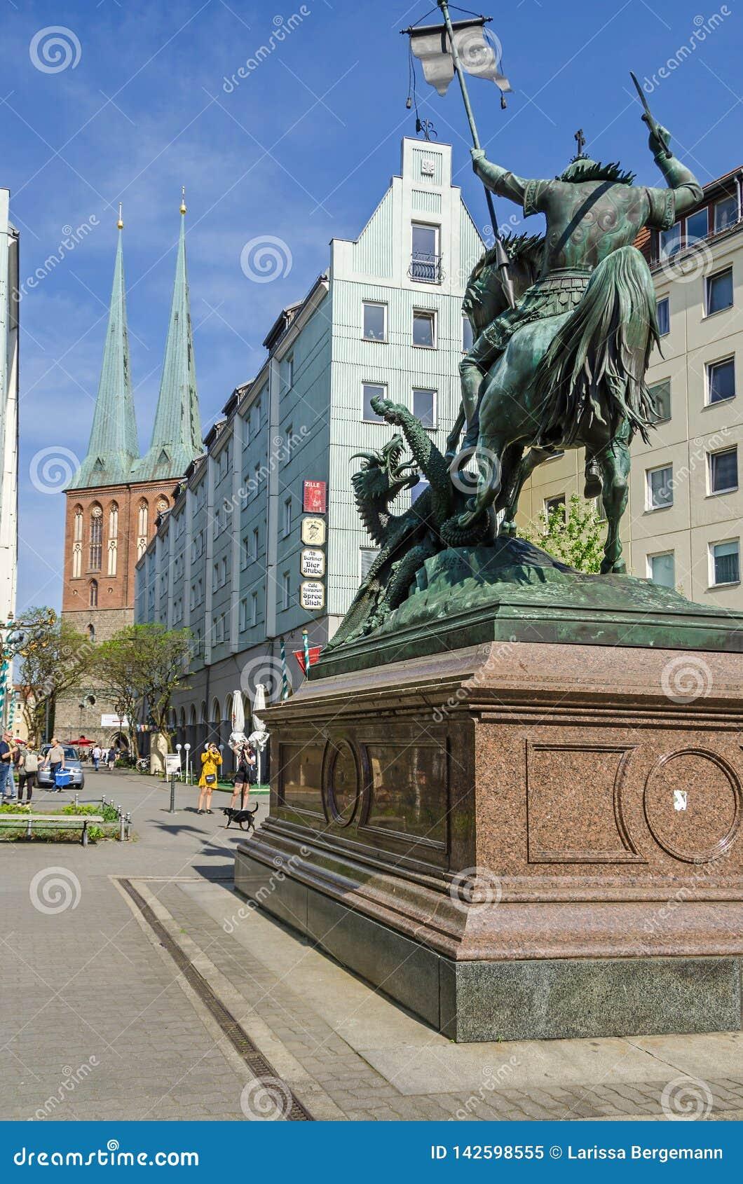 Quart de Nikolaiviertel Nicholas avec les maisons historiques et un skulpture de StGeorge à Berlin