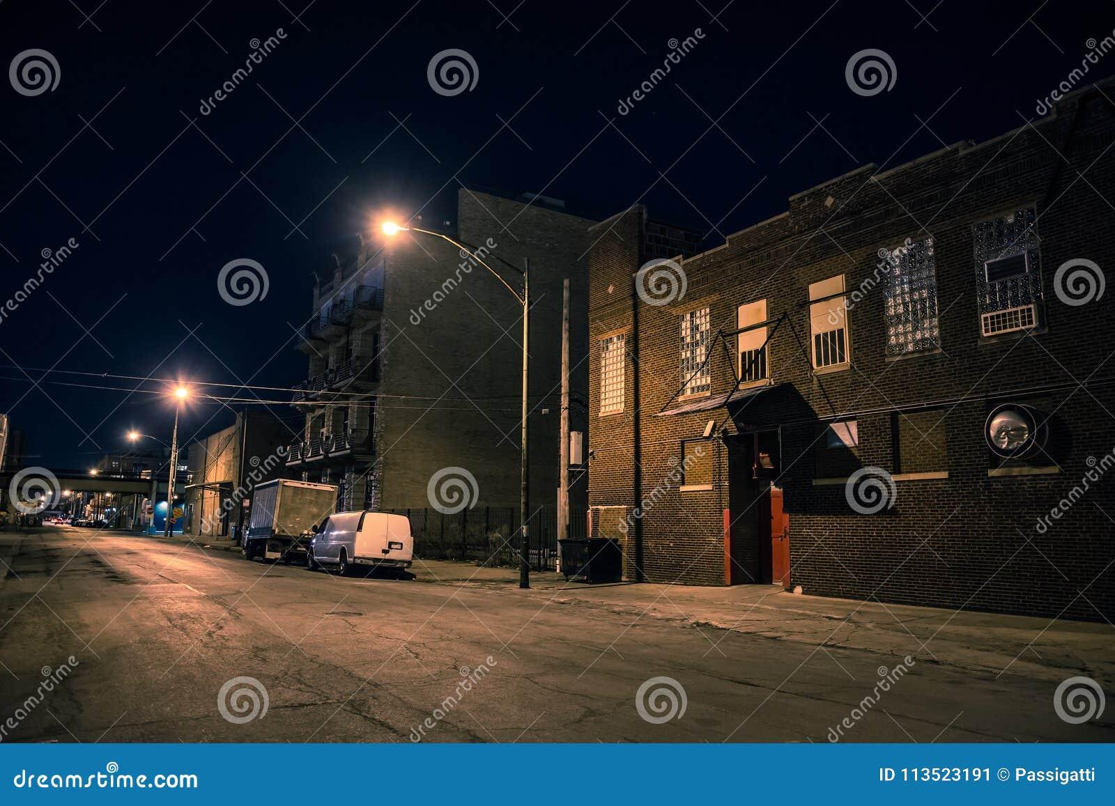 Quartier de la ville industriel urbain foncé et effrayant la nuit