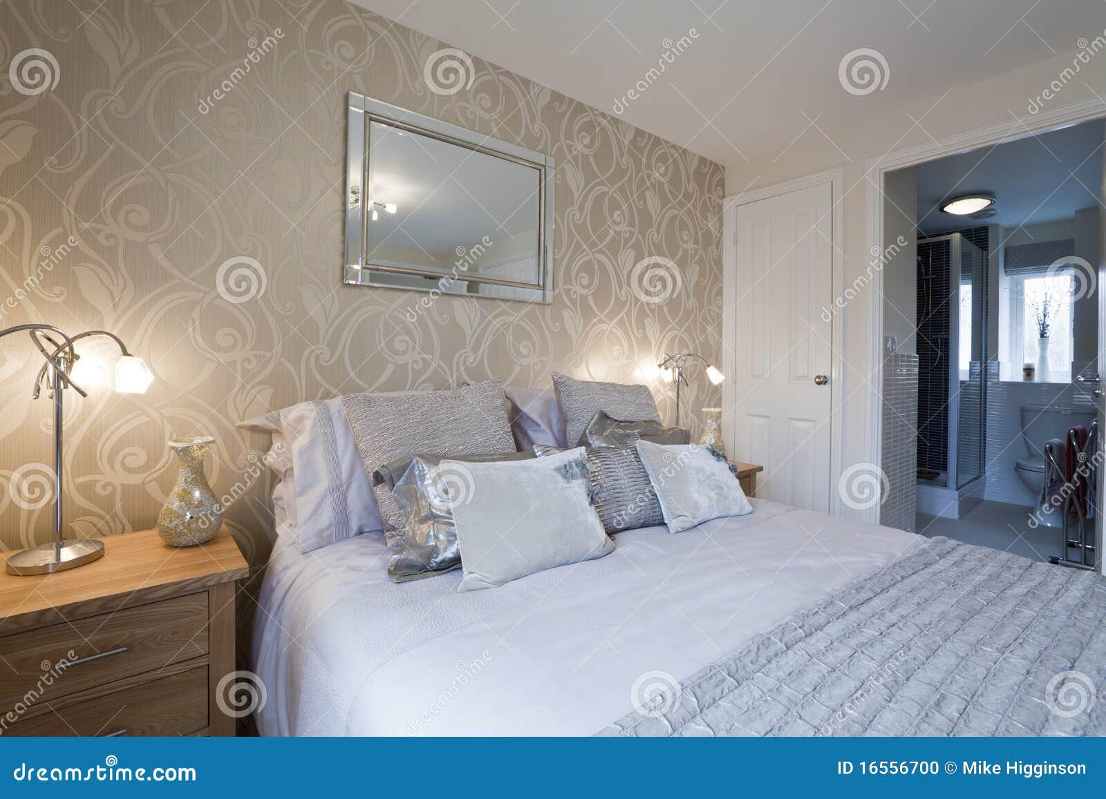 detalhe moderno chique do quarto com série e cama do en vestiu se  #7F6A4C 1300 957