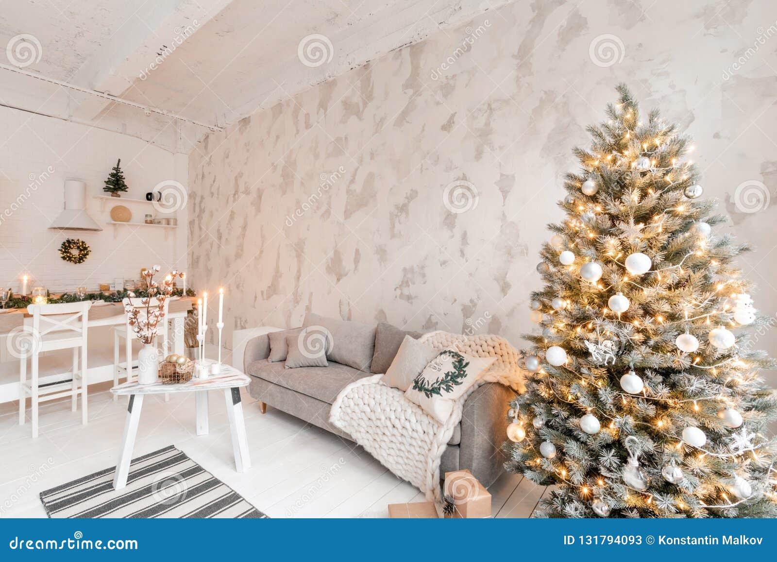 Quarto com árvore de Natal confortável