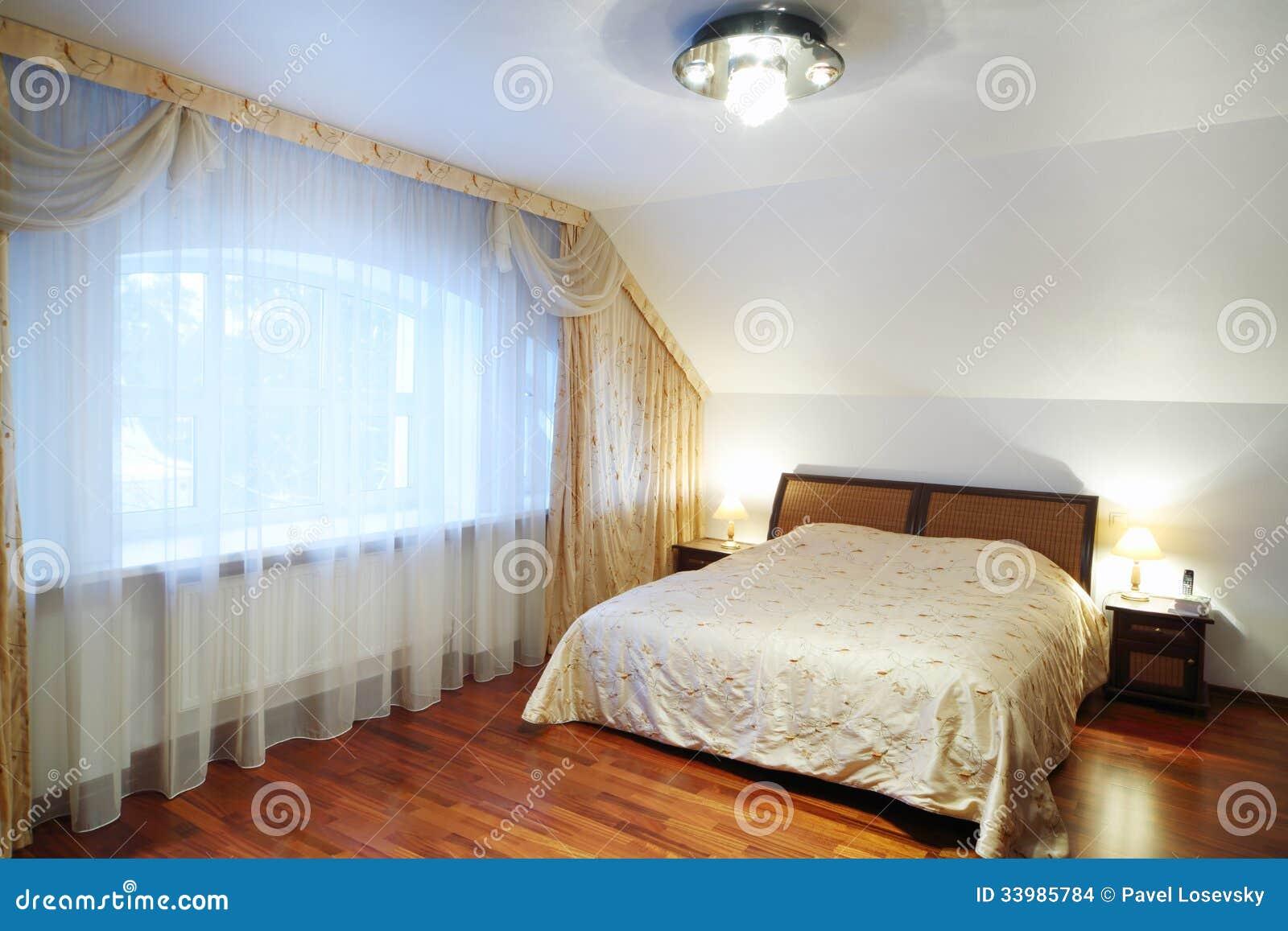 #9E612D Quarto com a cama bonita com tabelas de cabeceira janela grande no  638 Janelas Para Quarto Em Madeira Preço