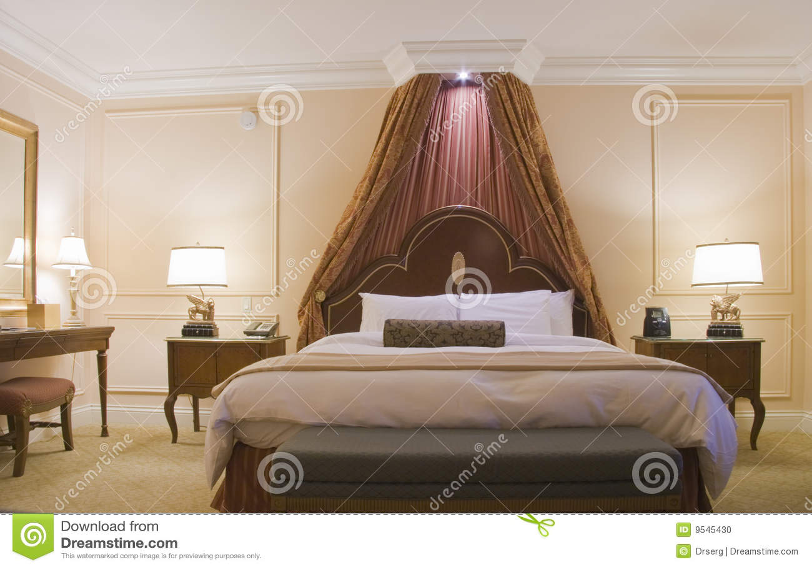 Quarto com a cama enorme do dossel