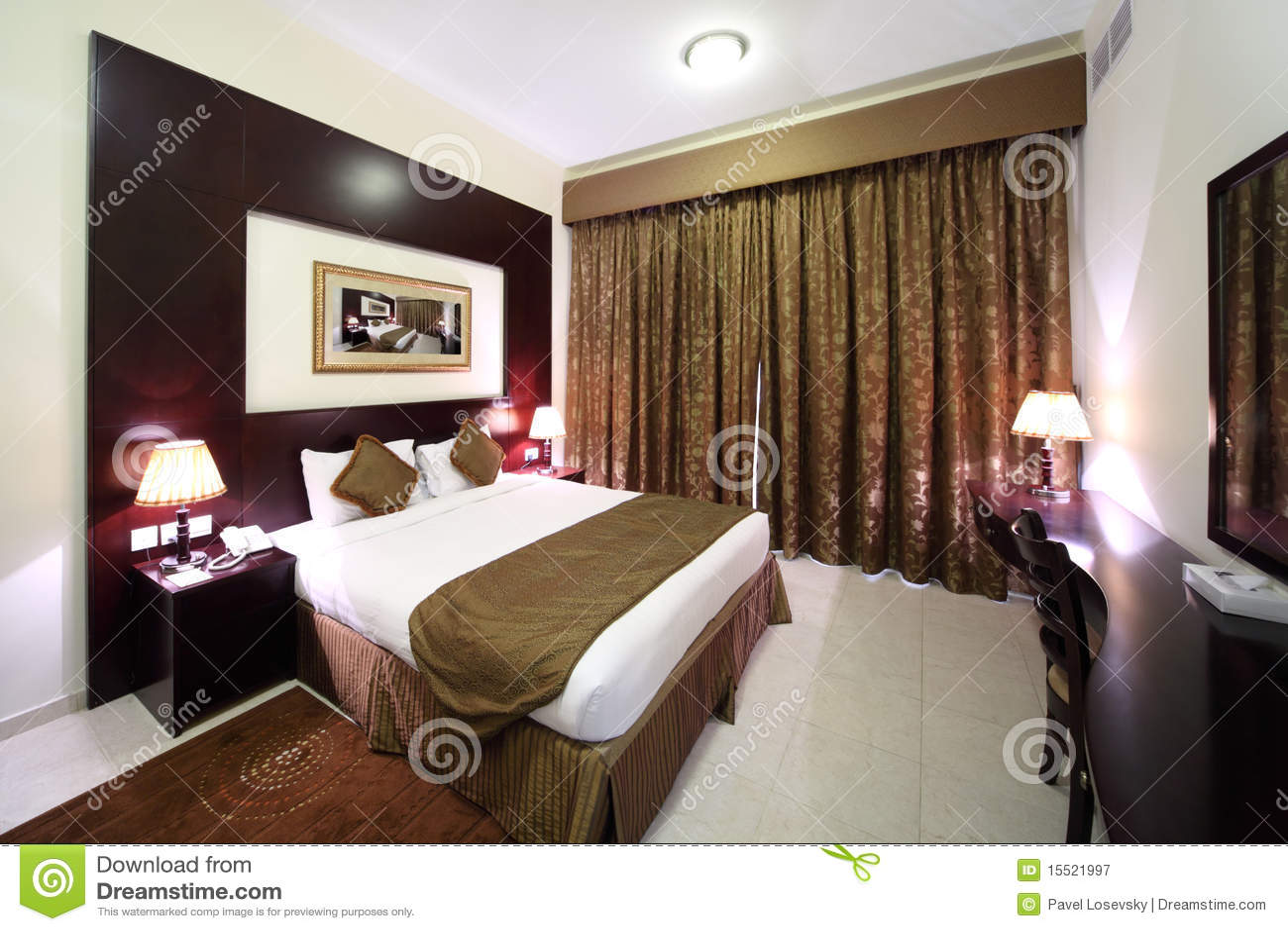 Quarto com cortina fechada e lado grande da cama imagem de - Cortinas para cama ...