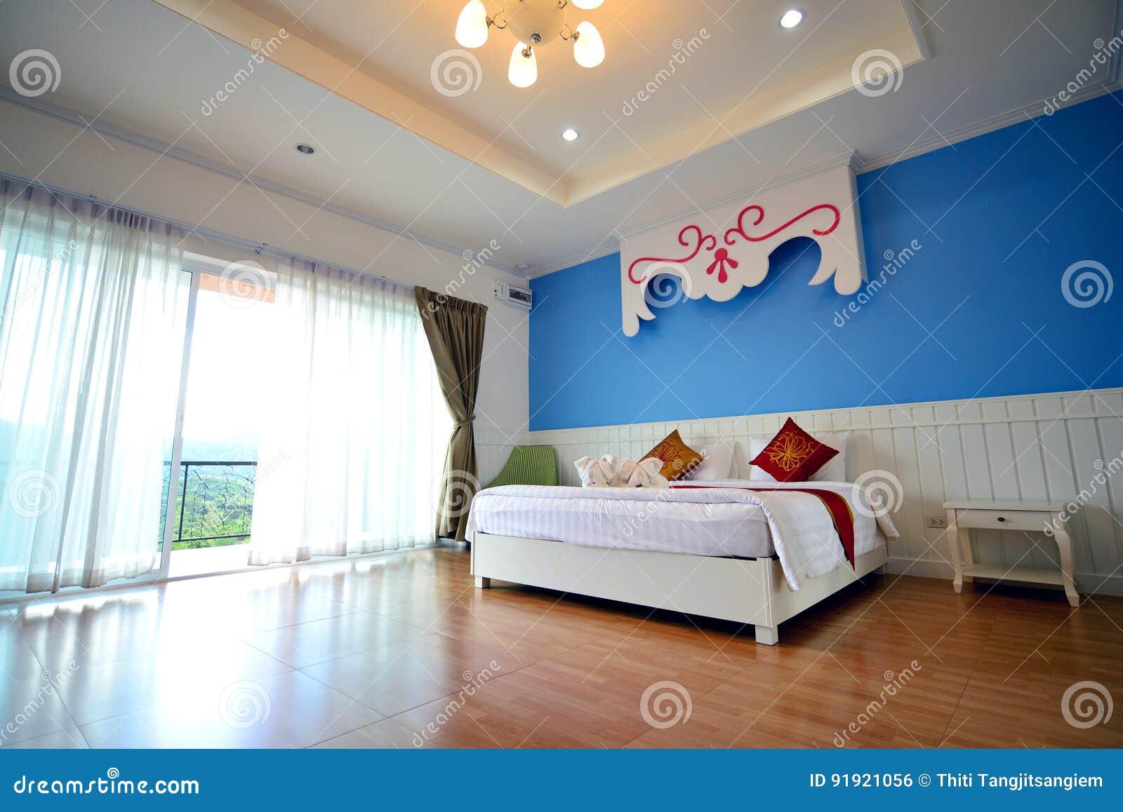 Quarto de hotel do recurso com cama enorme