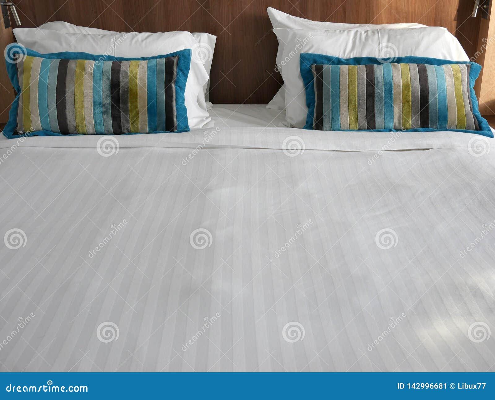 Quarto moderno luxuoso da cama de casal frontal interior da vista