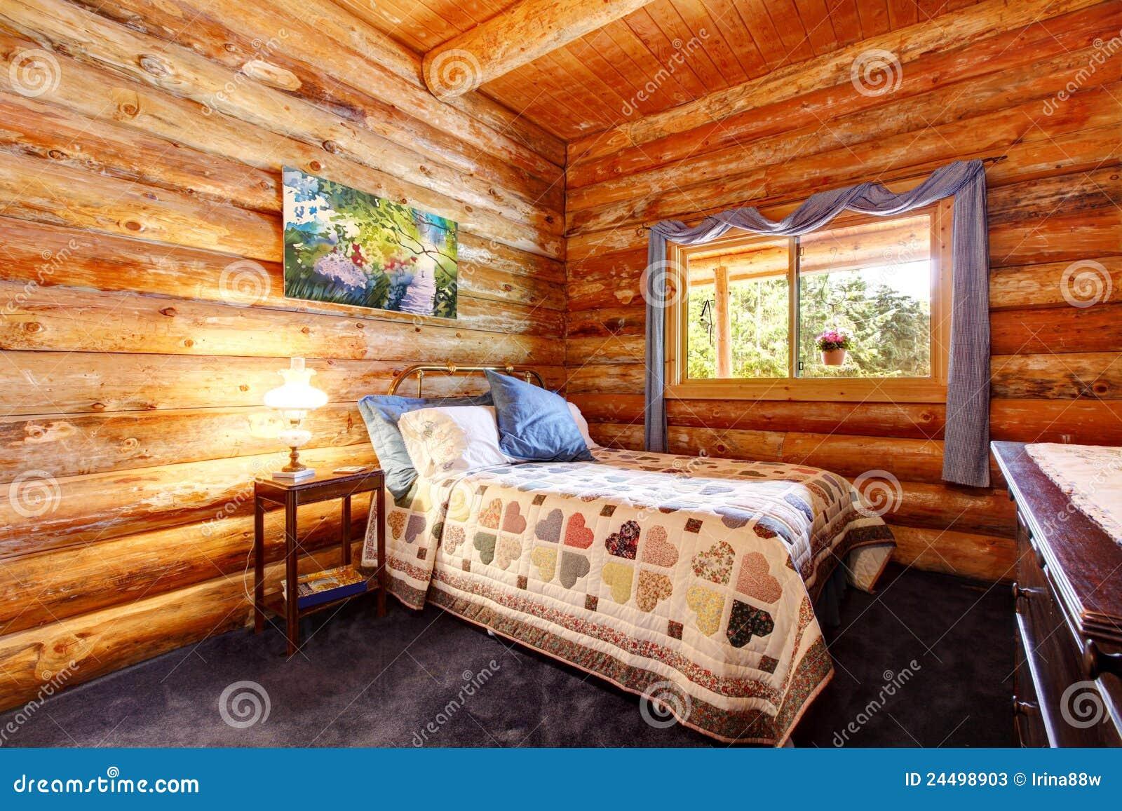 Quarto r stico da cabana r stica de madeira com cortinas - Cortinas para casa rustica ...