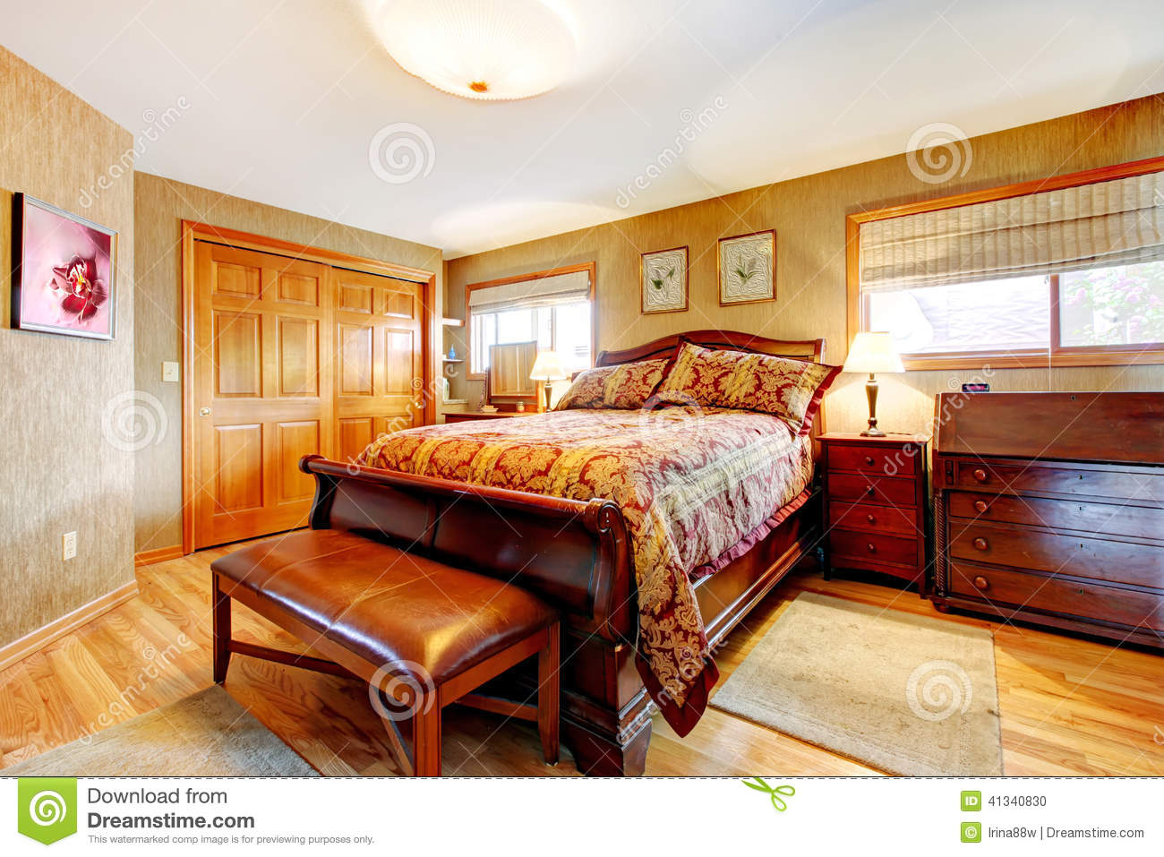 Quarto rico com grupo da mob lia antiga foto de stock for Mobilia bedroom