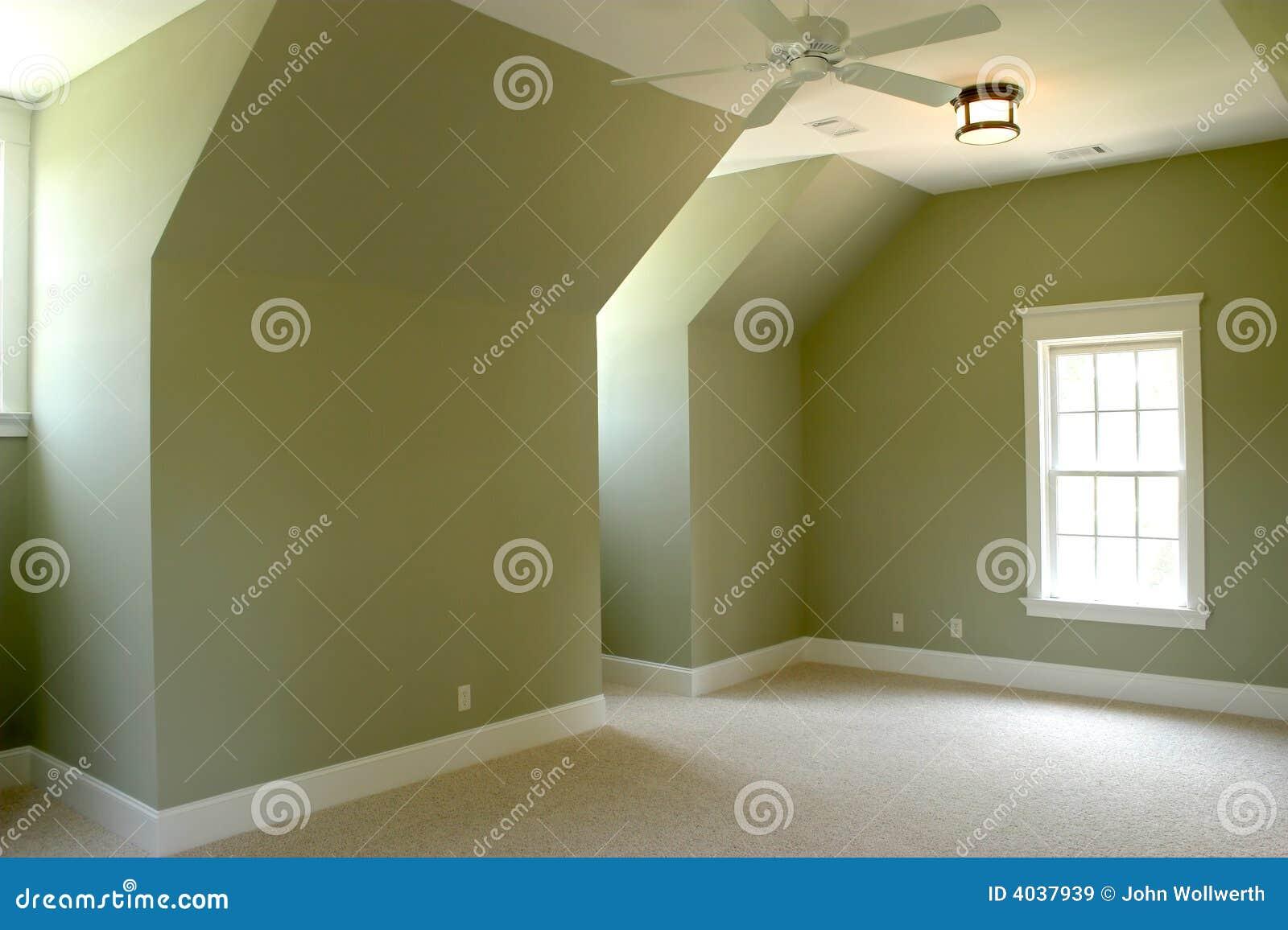 Quarto sem mobília do sótão