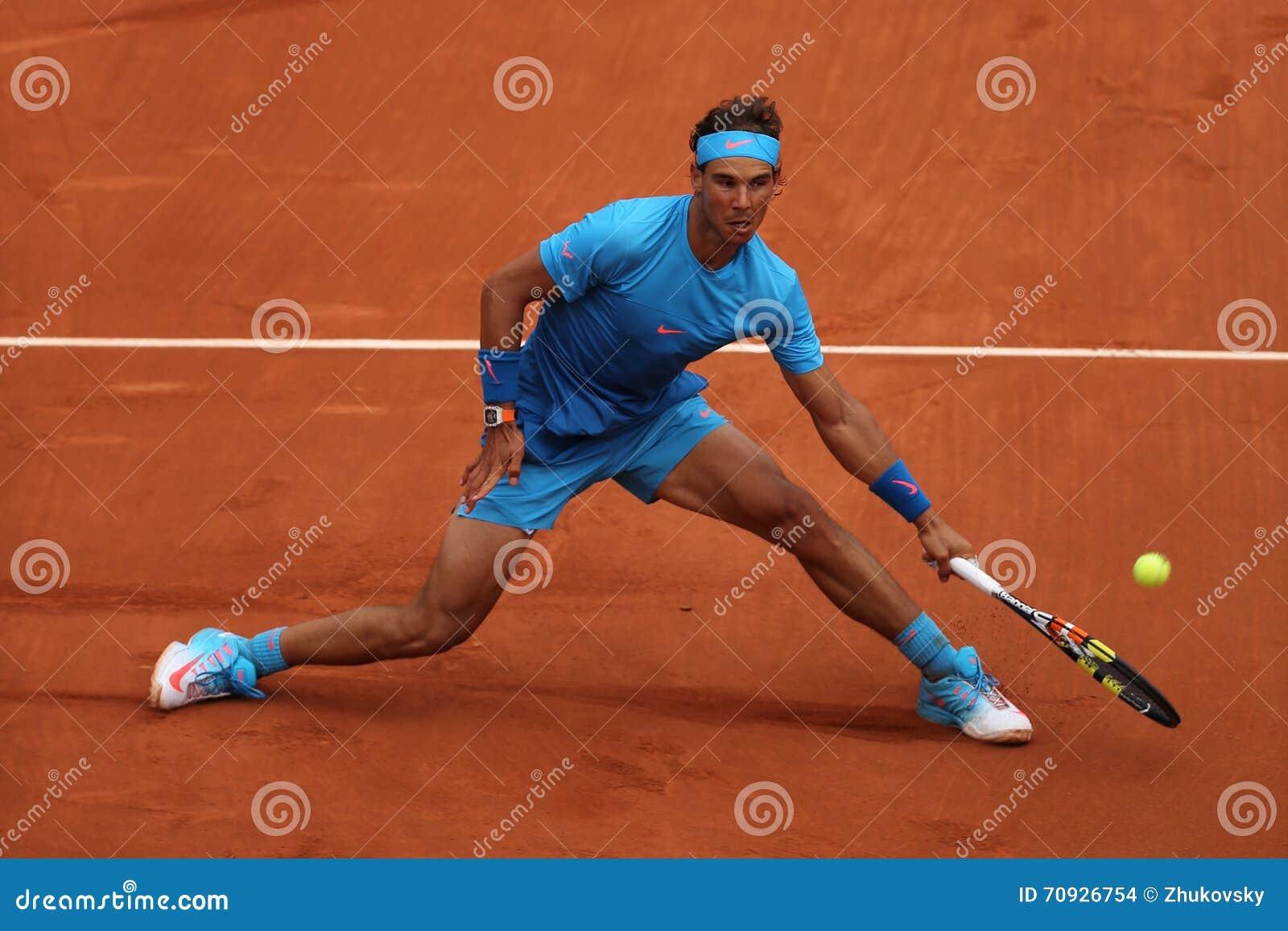 Quatorze campeões Rafael Nadal do grand slam das épocas na ação durante seu terceiro fósforo do círculo em Roland Garros 2015