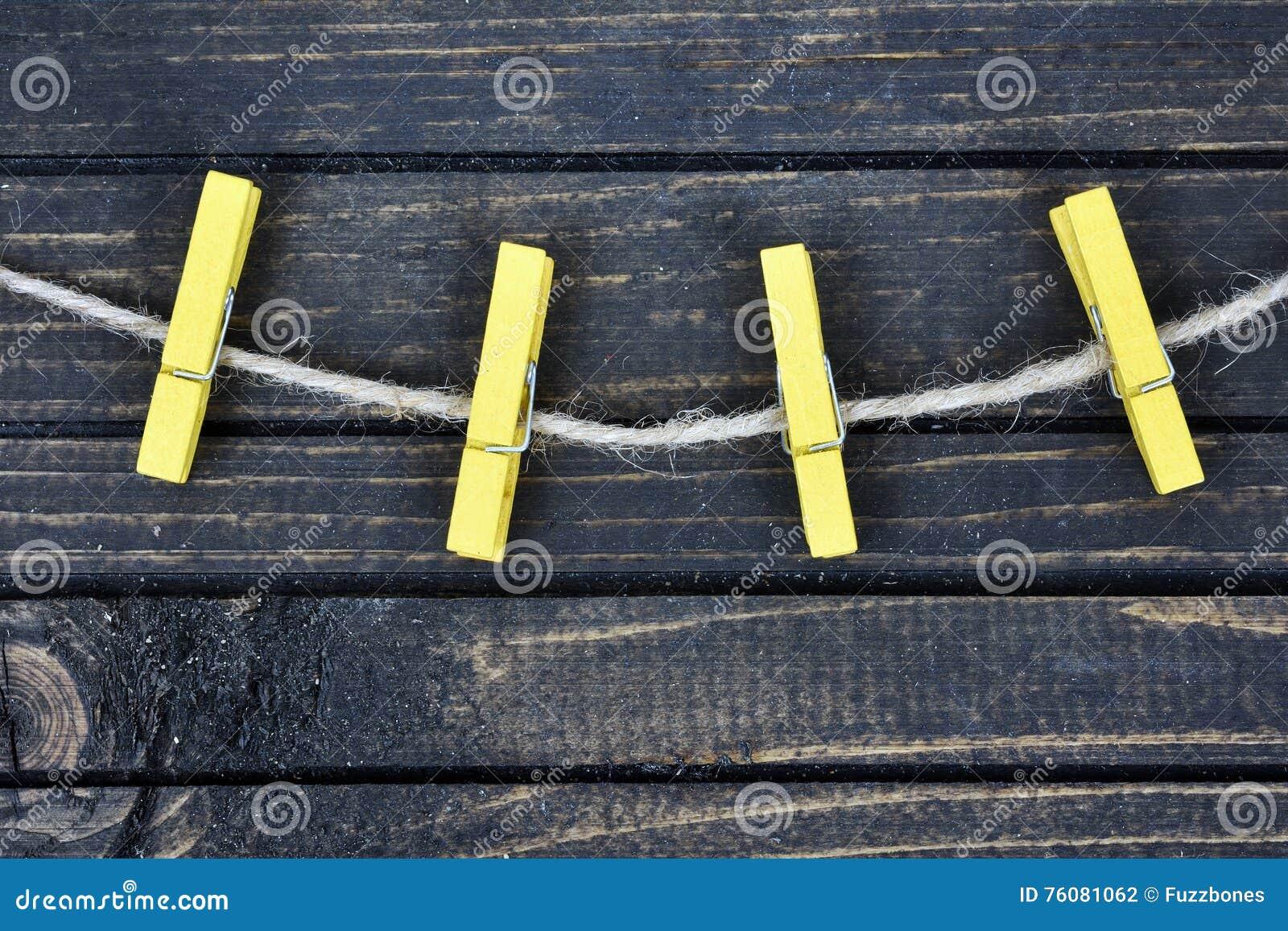 Quatre agrafes sur le mur