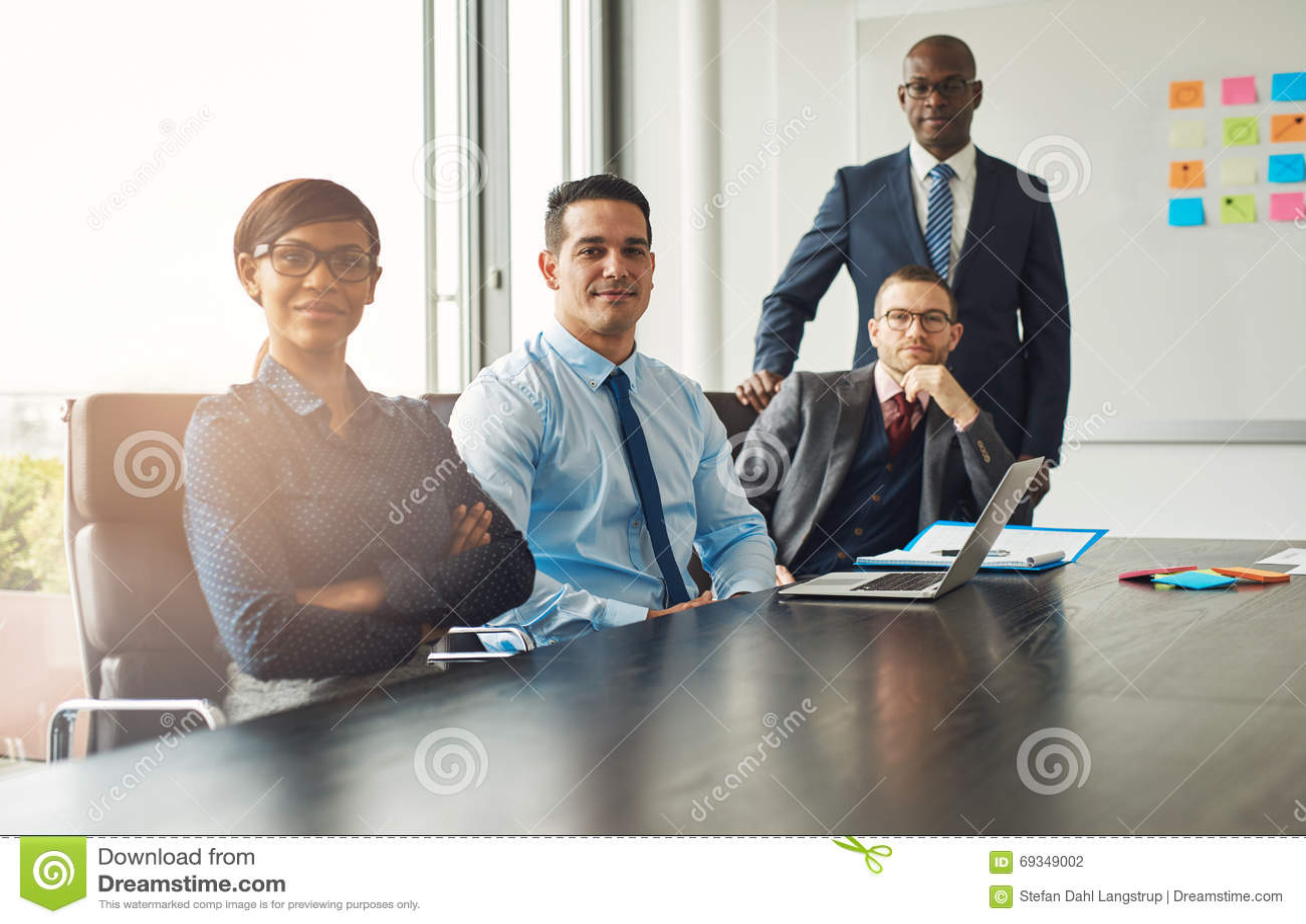 Quatre associés réussis sûrs