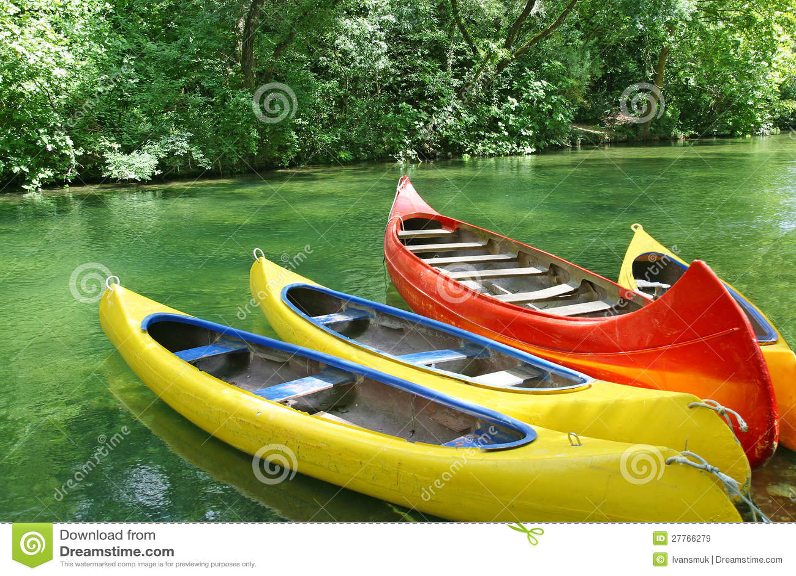 Quatre canoës en plastique