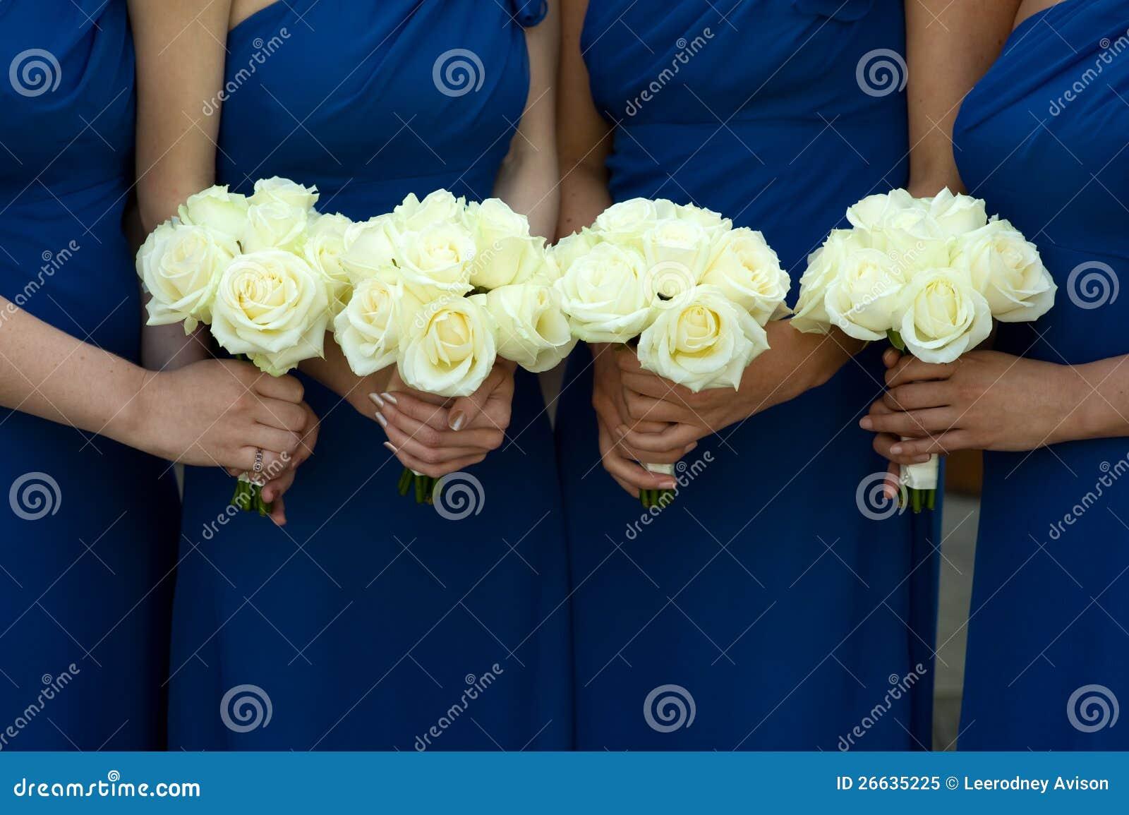quatre demoiselles d'honneur retenant des bouquets de mariage image