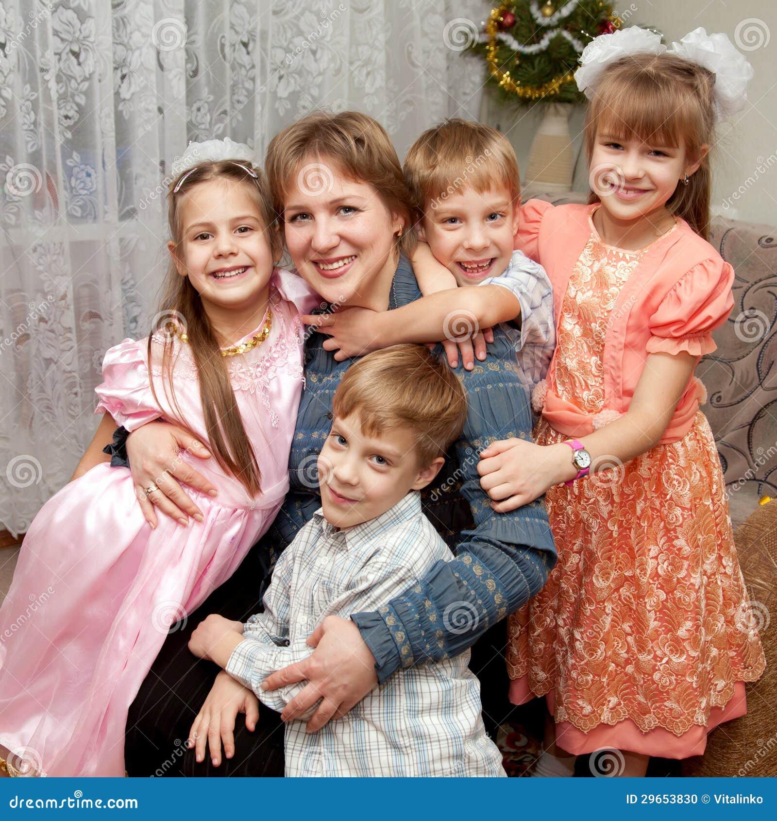 966c49bcb2123 Quatre Enfants étreignant La Mère. Concept De La Famille. Photo ...
