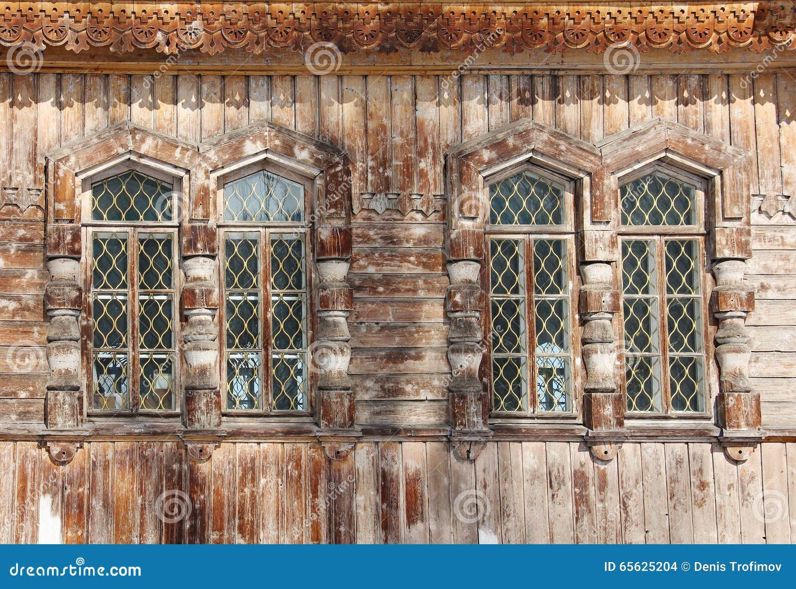 Quatre fenêtres en bois - détail de cathédrale orthodoxe de trinité sainte