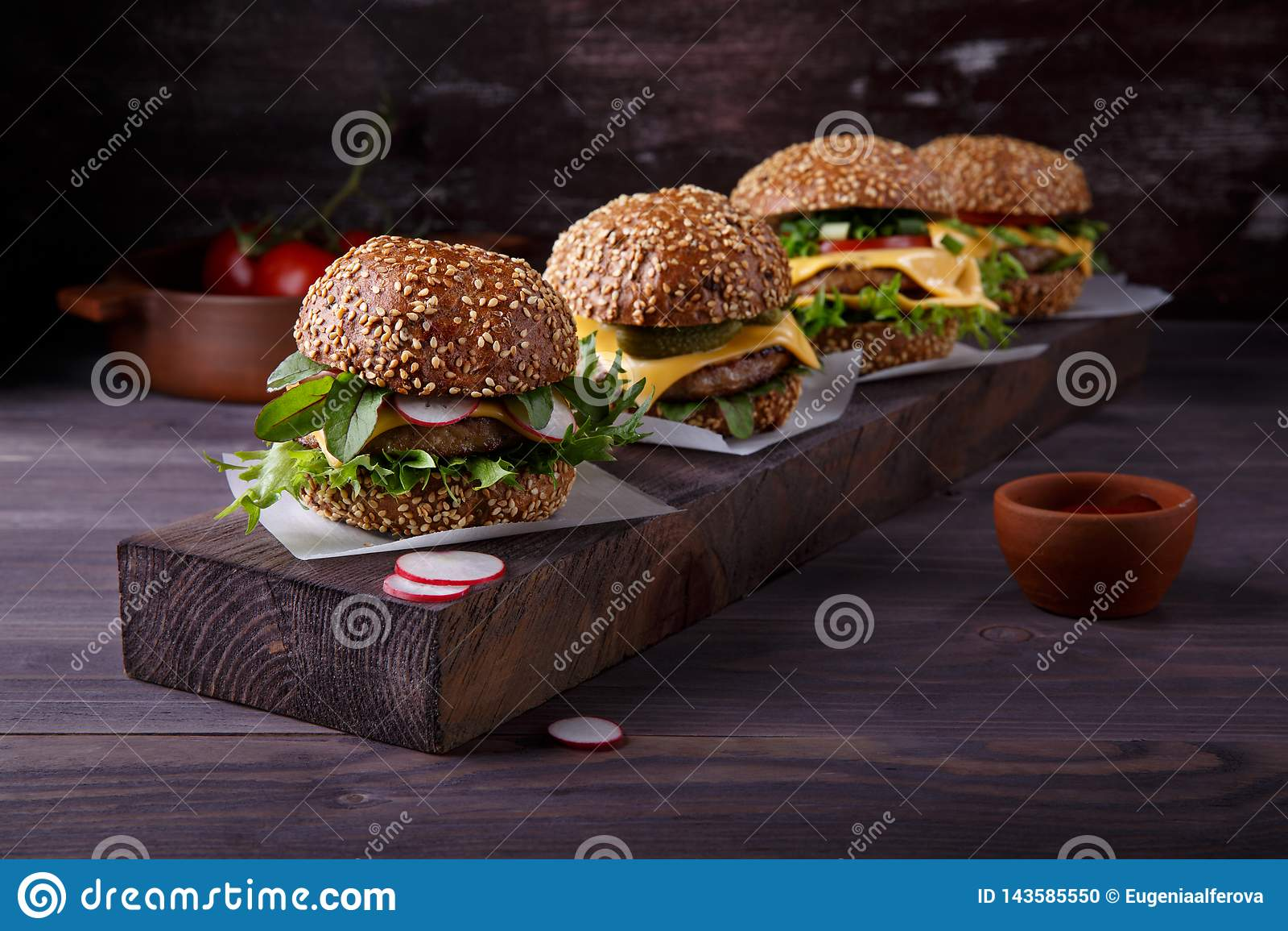 Quatre hamburgers faits maison sur la table en bois