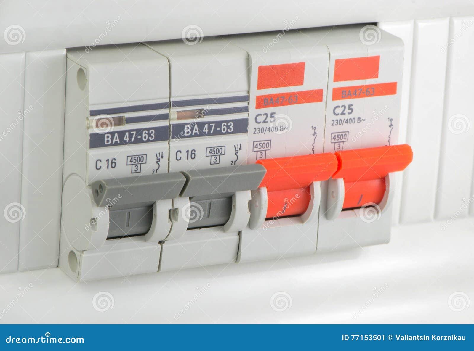 Quatre morceaux de disjoncteurs automatiques