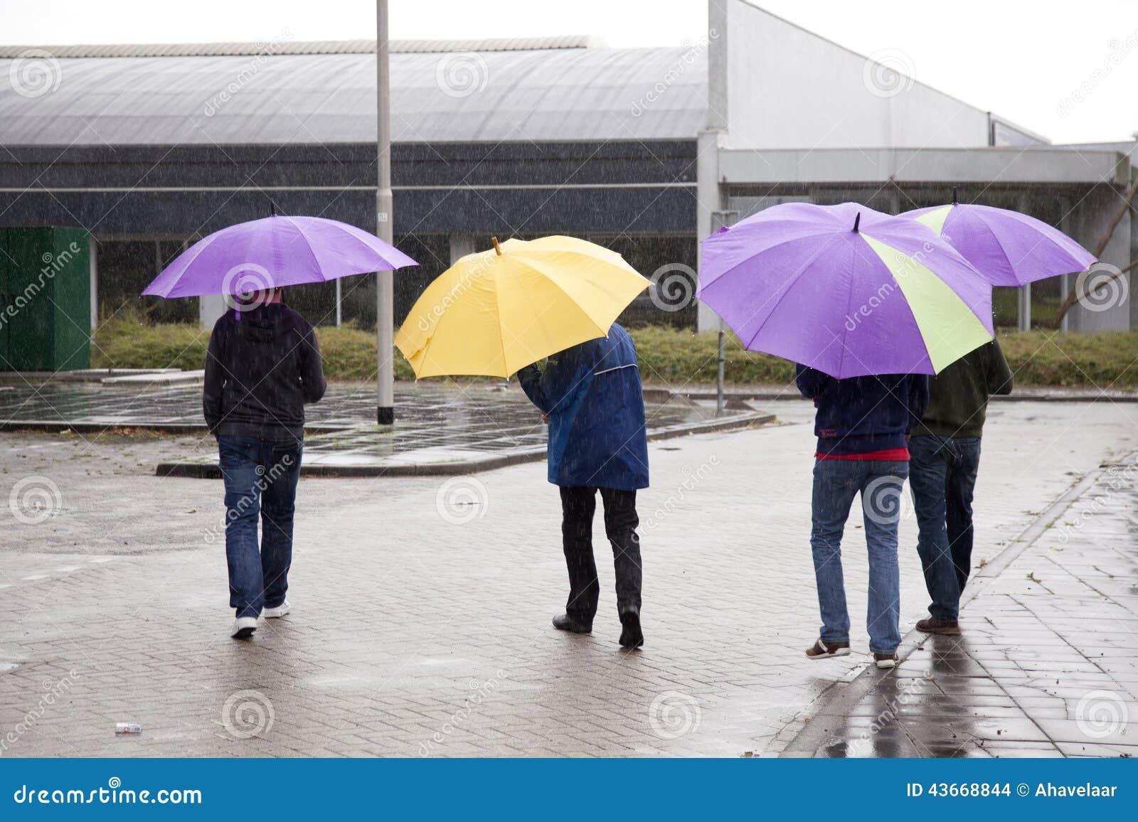 quatre personnes sous le parapluie color - Parapluie Color