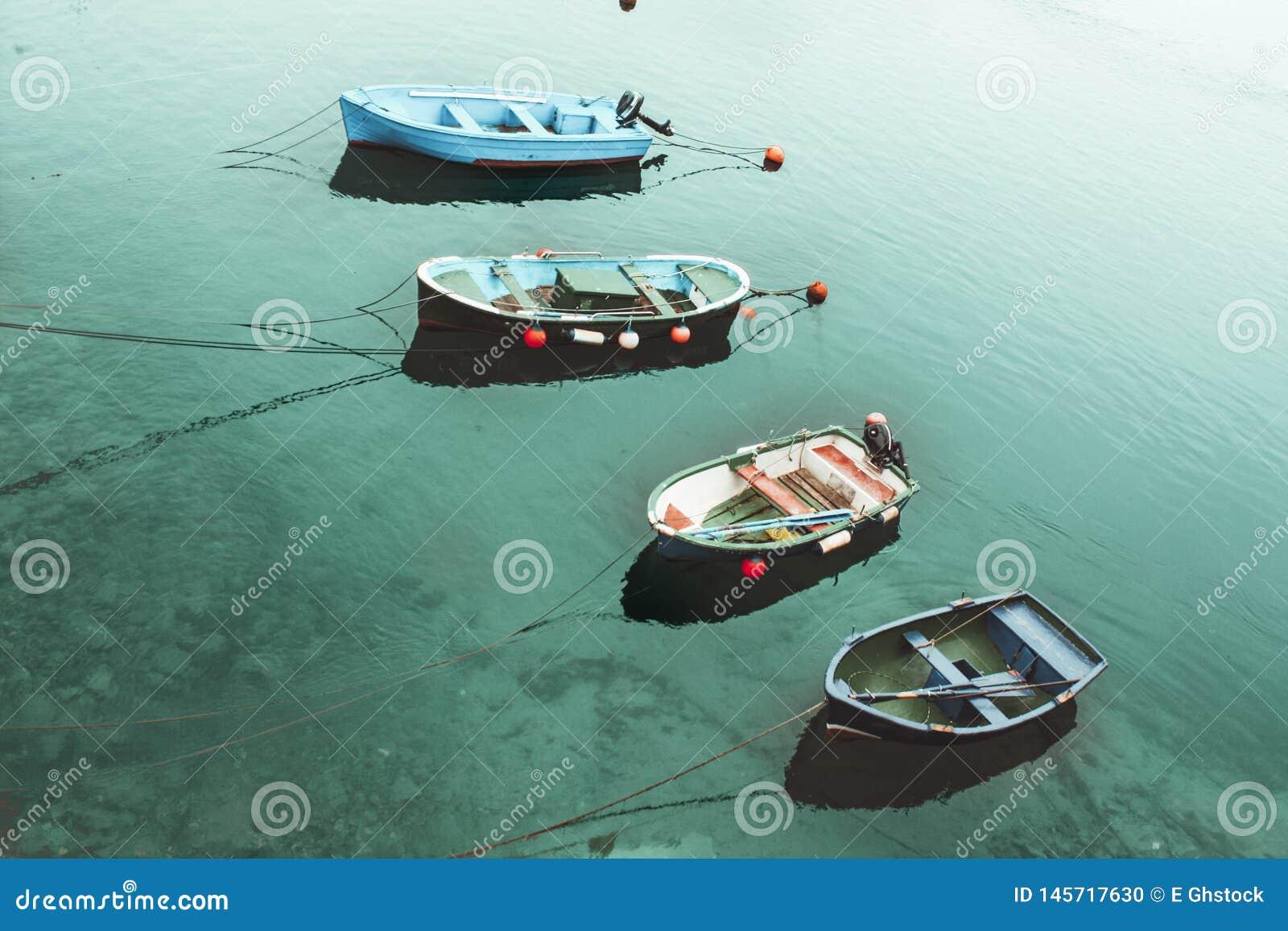 Quatro barcos no mar de turquesa