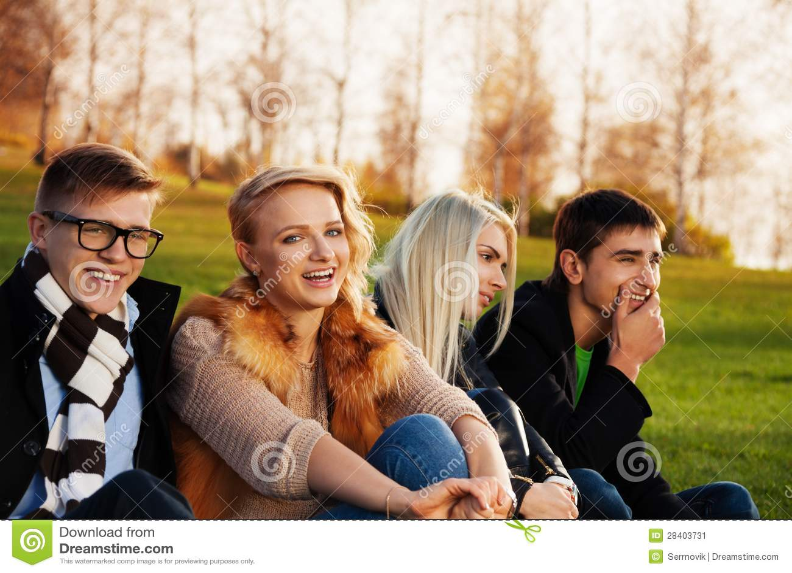 Quatro estudantes que têm o divertimento no parque