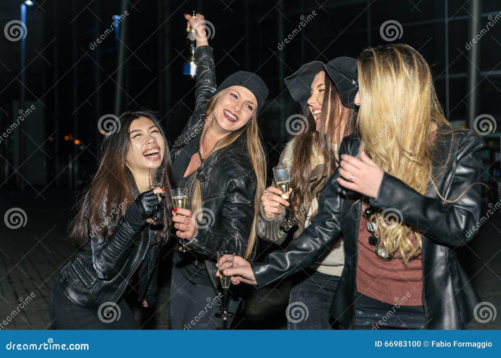 Quatro meninas que fazem o partido exterior