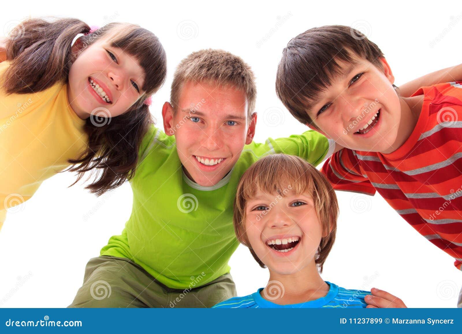 Quatro miúdos felizes