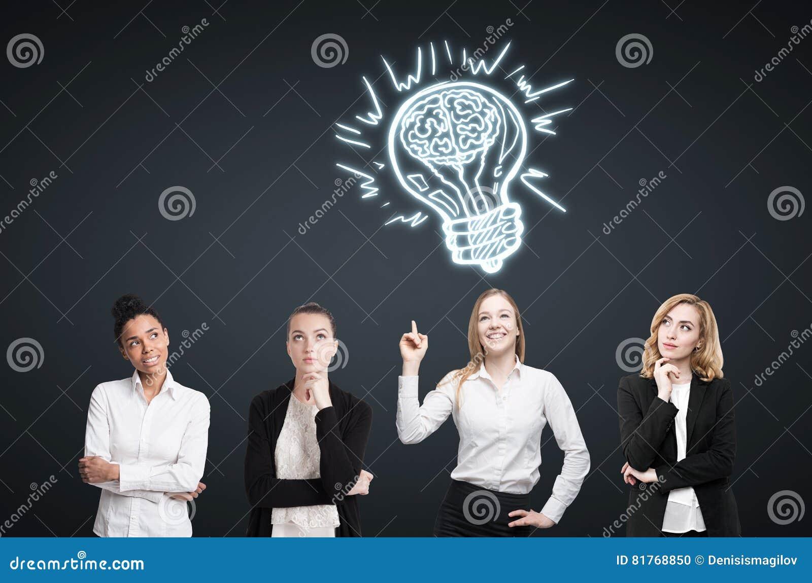 Quatro mulheres conceituam perto da parede preta Conceito da idéia, ilustração do vetor