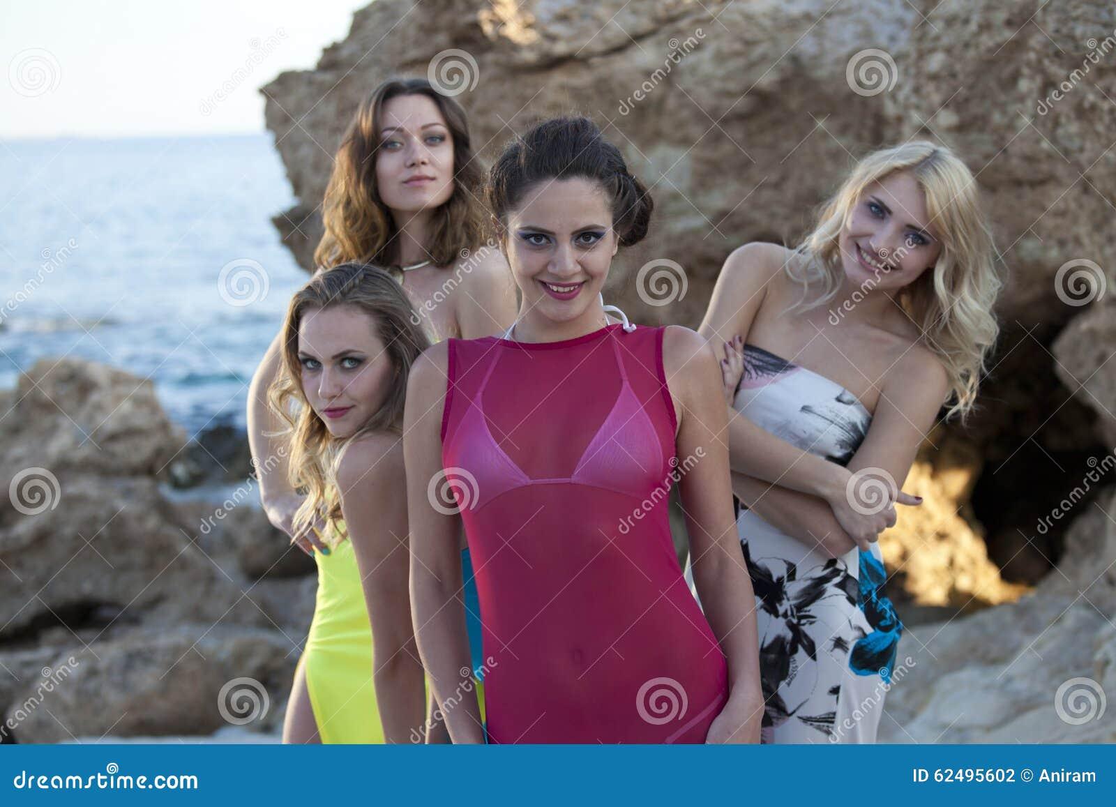 Quatro mulheres felizes