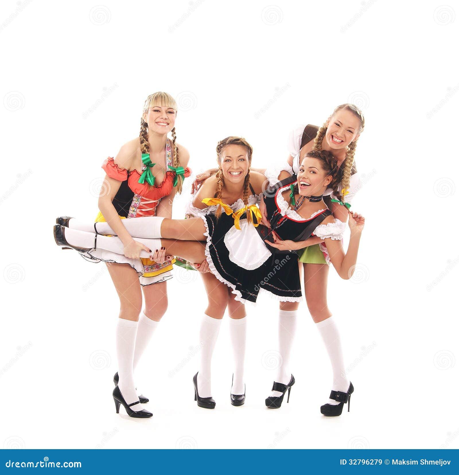 Quatro novos e mulheres felizes na roupa bávara