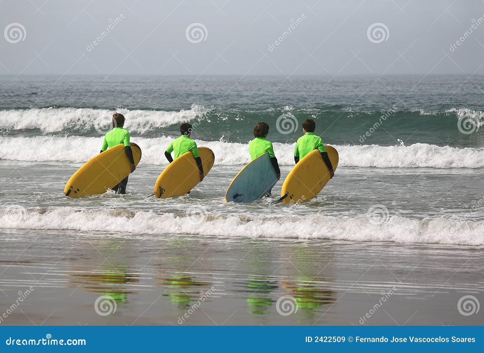 Quatro surfistas
