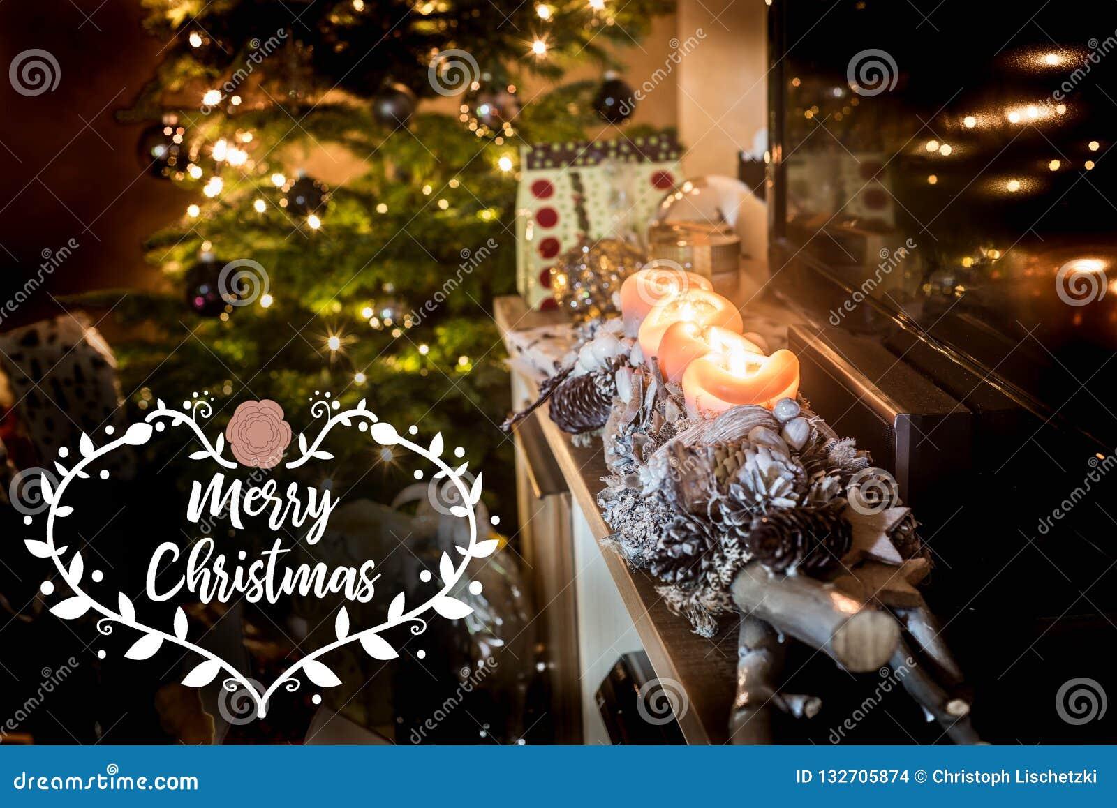 Quatro velas de queimadura do advento, instalação decorada bonita iluminam o Feliz Natal do textspace dos presentes da árvore de