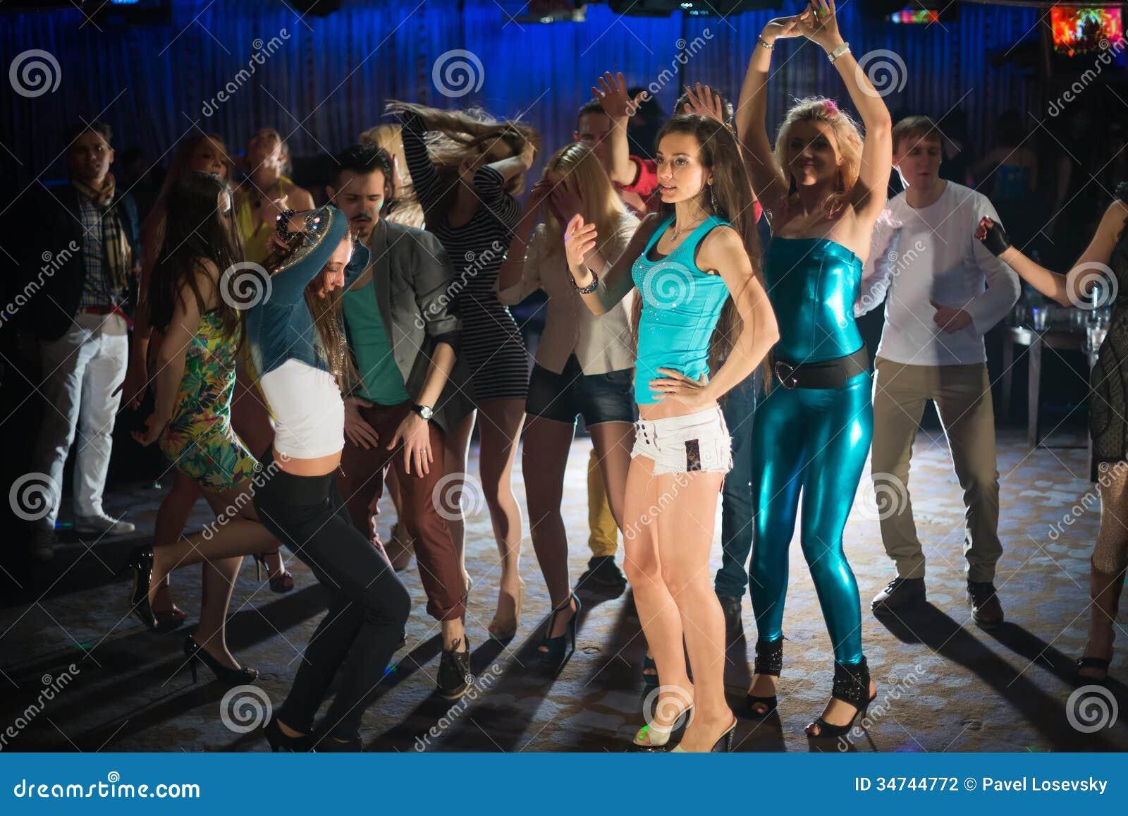 Quattordici giovani divertendosi e ballando