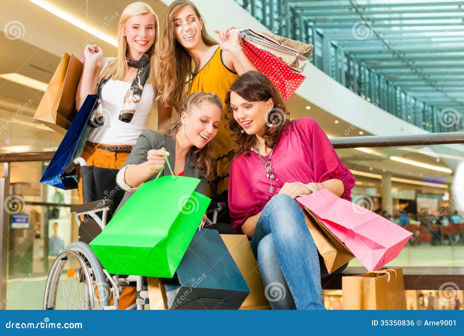 Quattro Amici Femminili Che Comperano In Un Centro