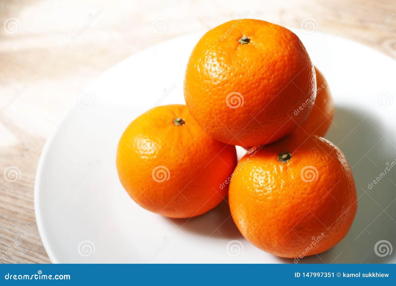 Quattro arance nel piatto