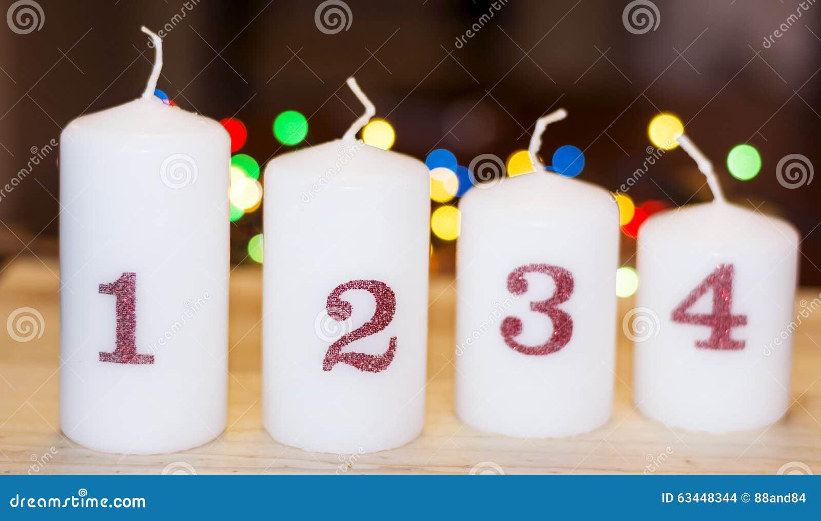 Decorare Candele Bianche : Quattro candele bianche di natale per la decorazione domestica