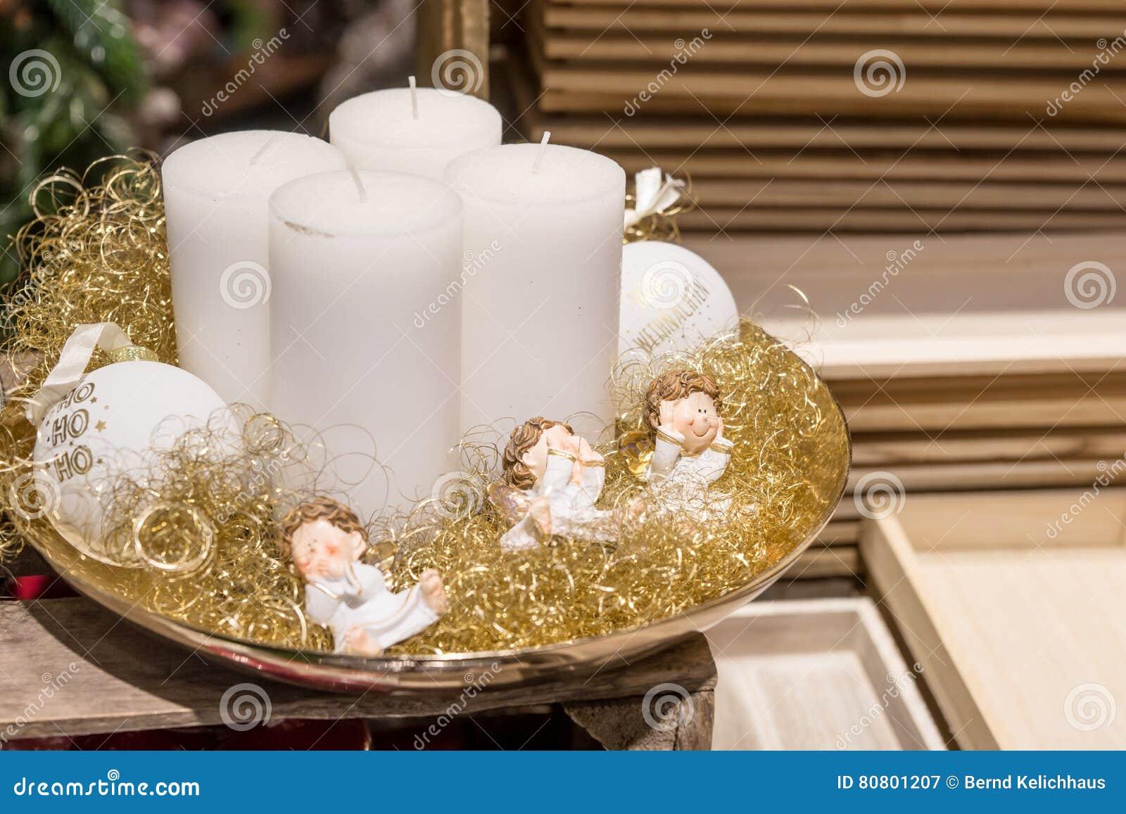 Decorare Candele Bianche : Quattro candele bianche sul piatto con gli angeli immagine