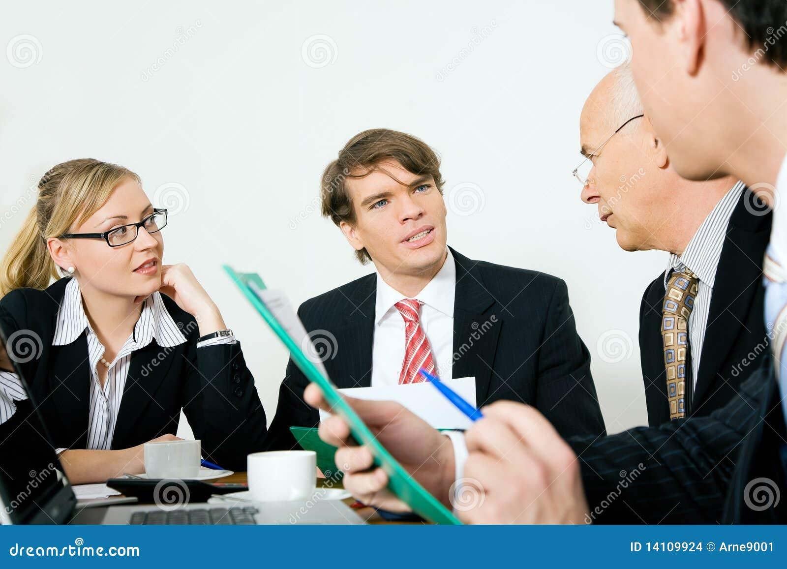 Quattro persone di affari in una riunione