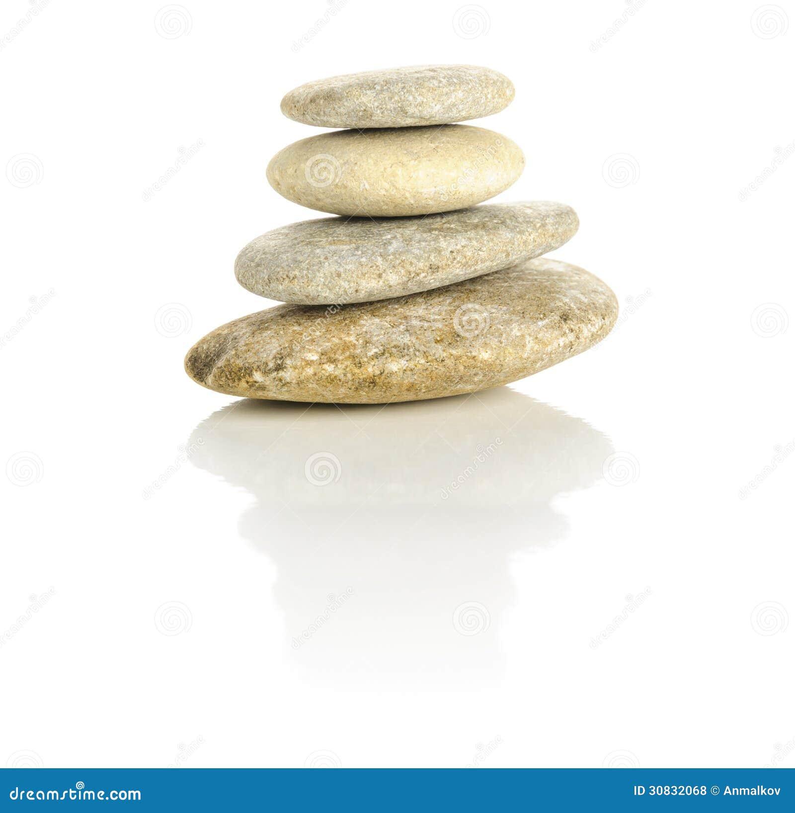 Quattro pietre impilate in una piramide