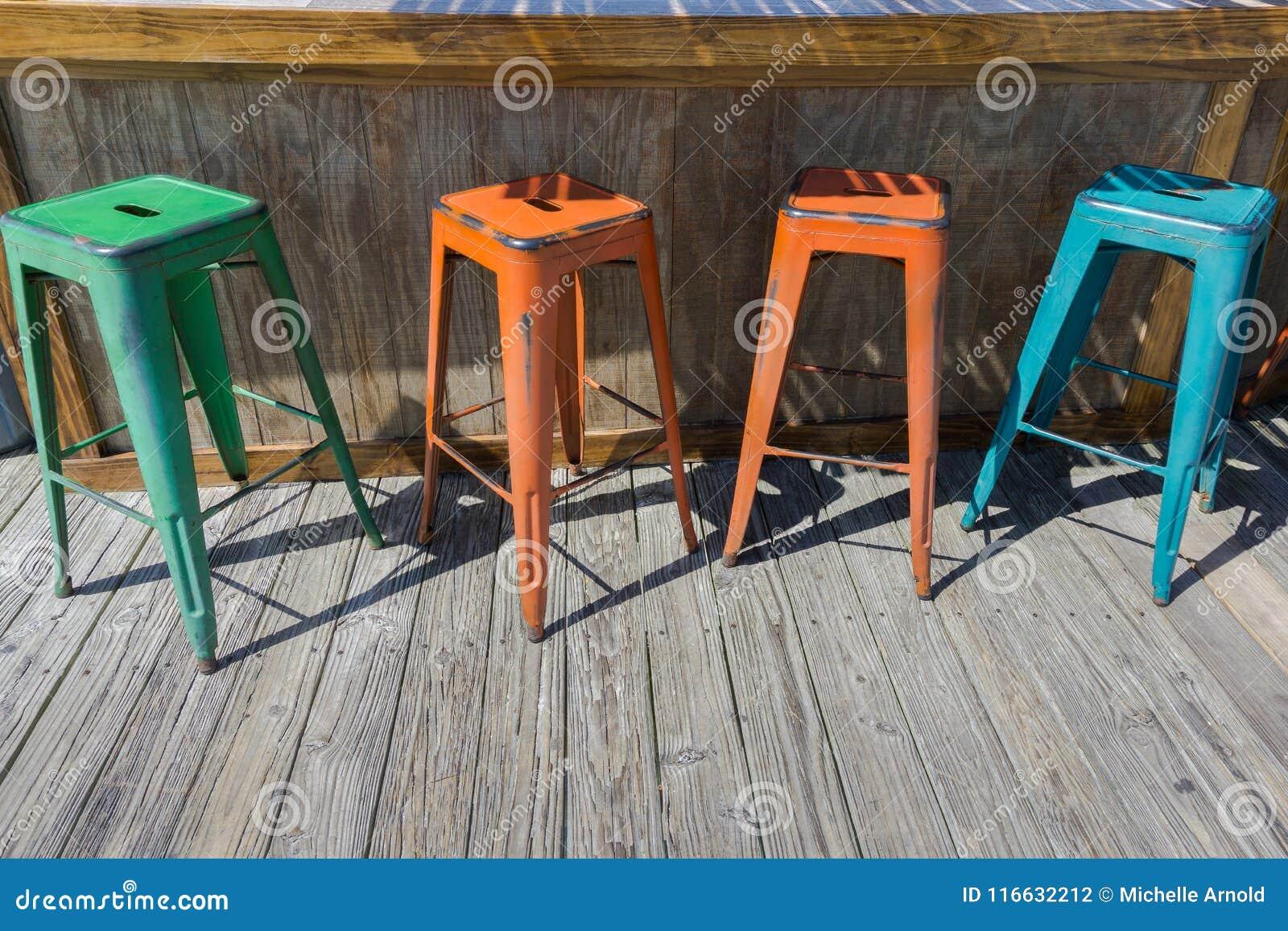 Quattro sgabelli da bar variopinti del metallo fotografia stock