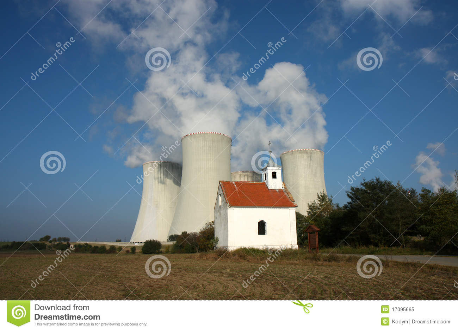 Quattro torri di raffreddamento della centrale nucleare