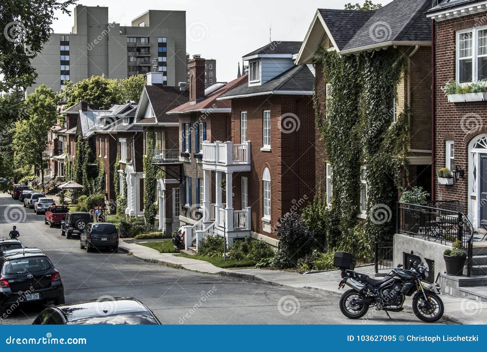 QUEBEC CITY KANADA 13 09 2017 bilar parkerade framme av europeiska arkitekturradhus i den gamla Quebec Kanada ledaren