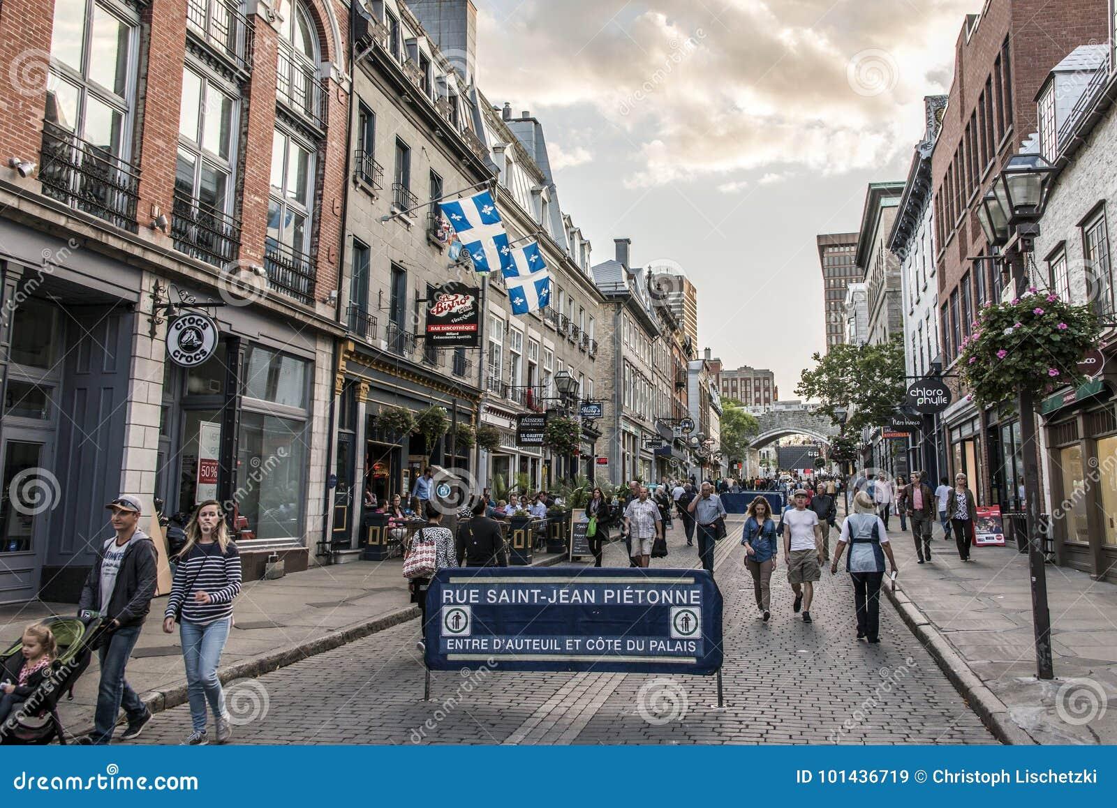 Quebec City Kanada 13 09 2017 personer som bor och äter i gammal stadgata med färgrik solnedgång