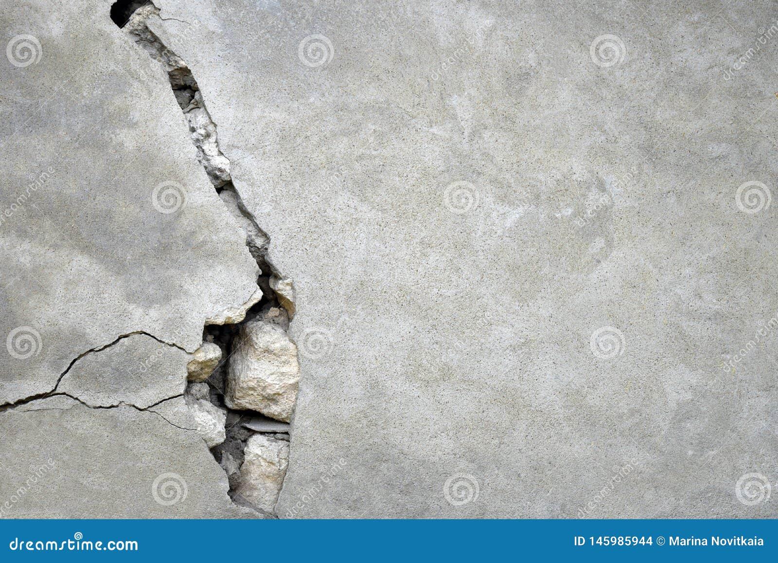 Quebra grande na parede cinzenta