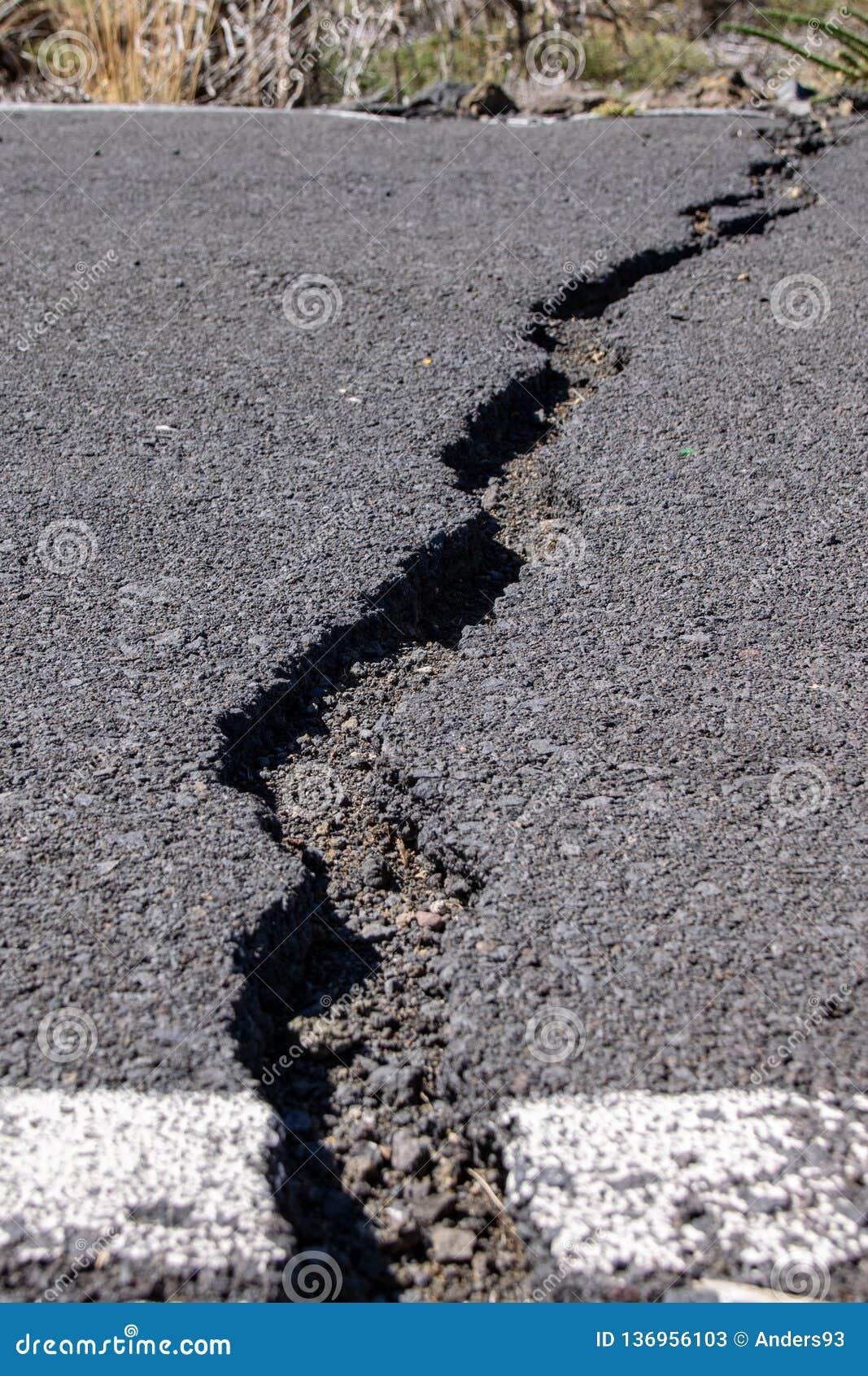 Quebras na superfície de estrada no La Palma, Canaries, Espanha