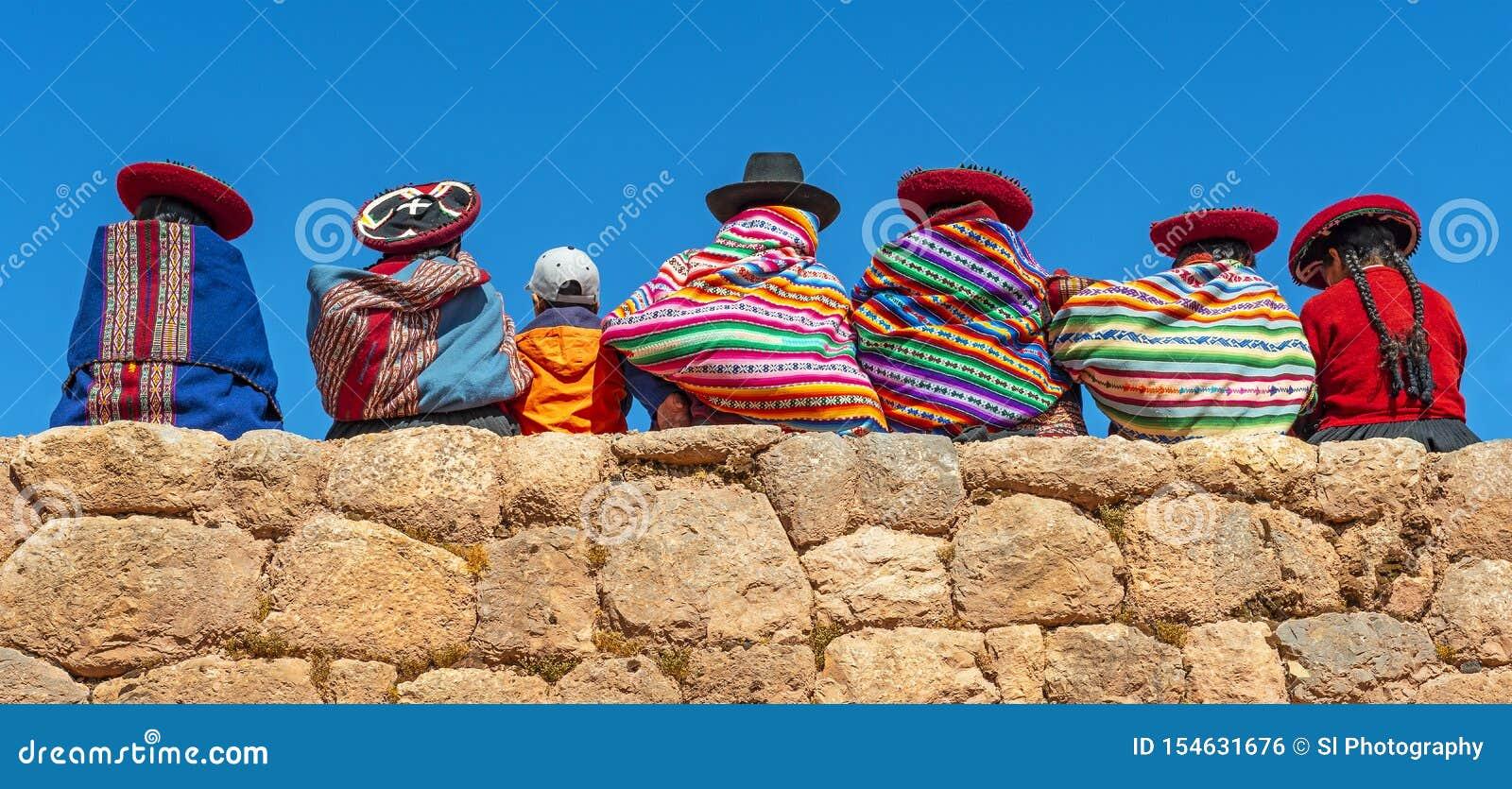 Quechua Indigeous-Vrouwen met Jongen, Cusco, Peru