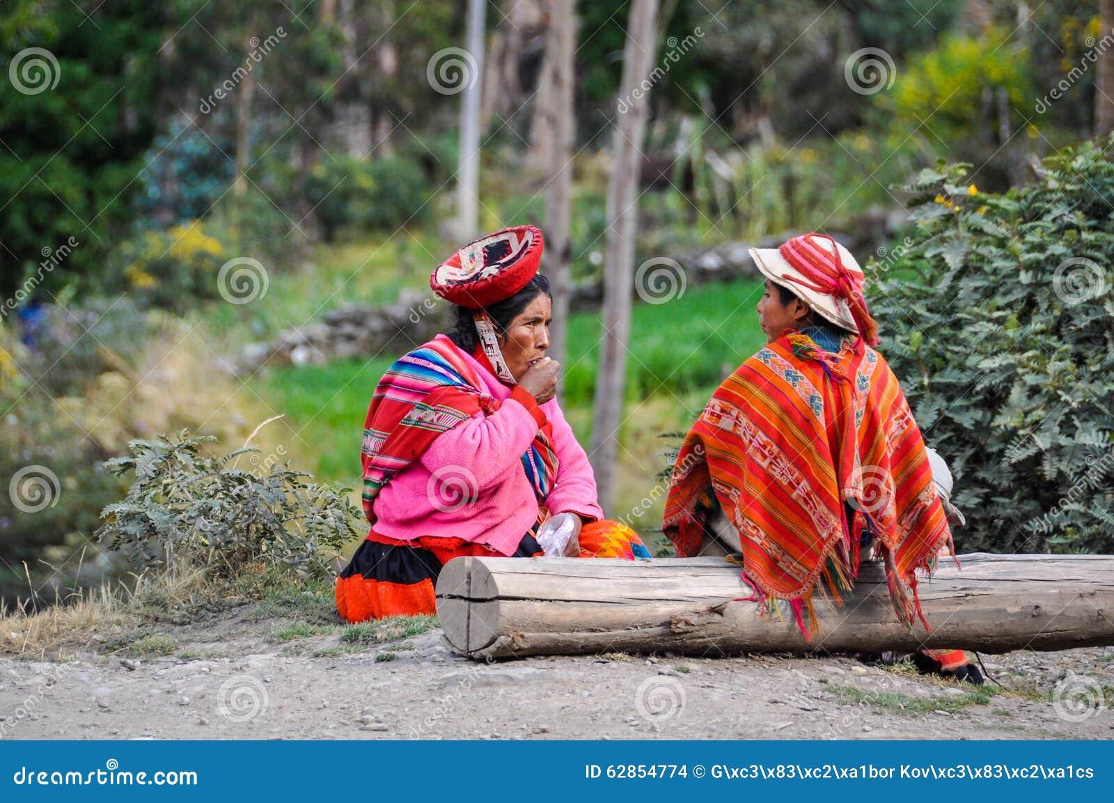 Quechua moeder en zoon in een dorp in de Andes, Ollantaytambo,