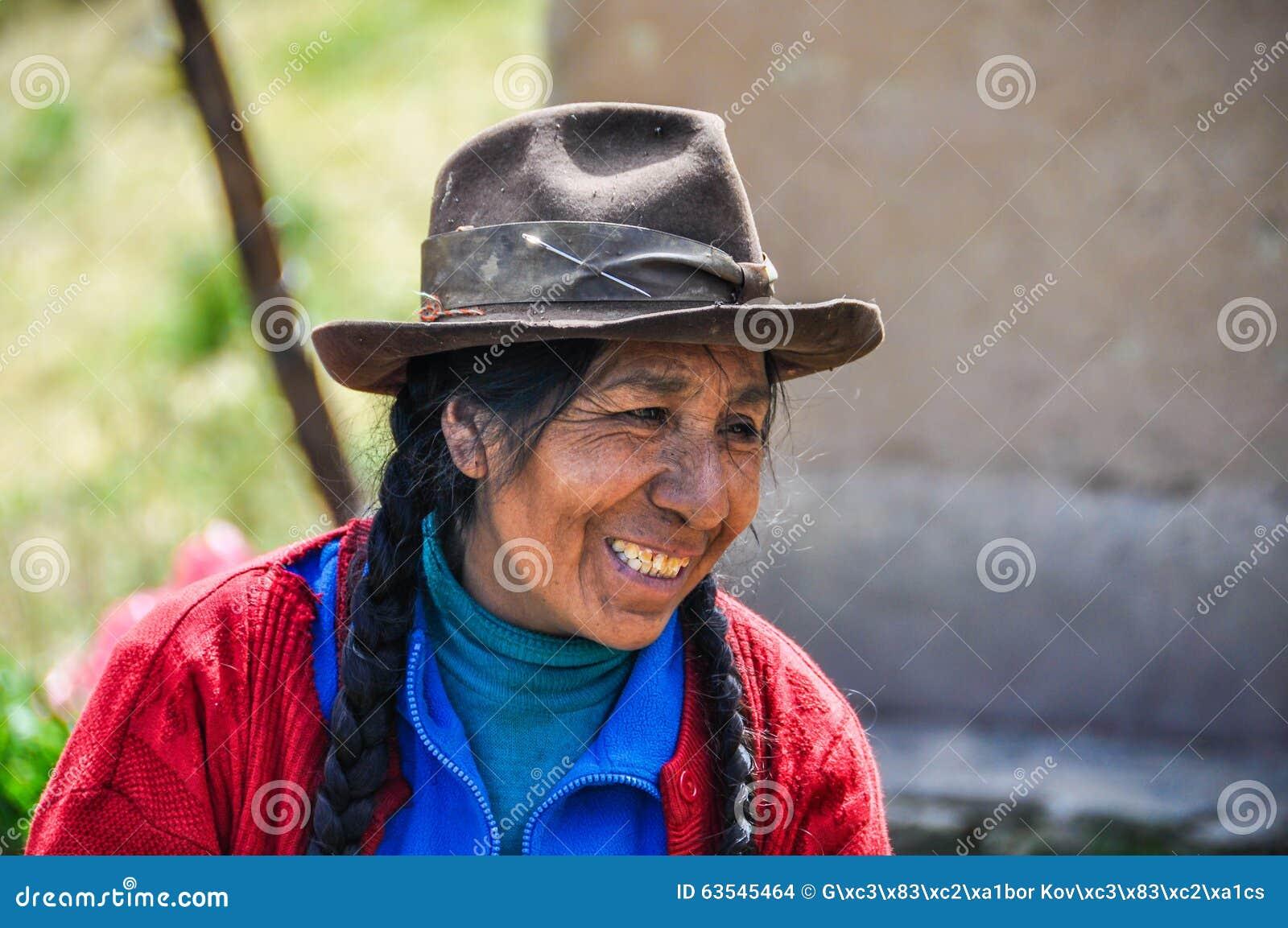 Quechua vrouw in een dorp in de Andes, Ollantaytambo, Peru