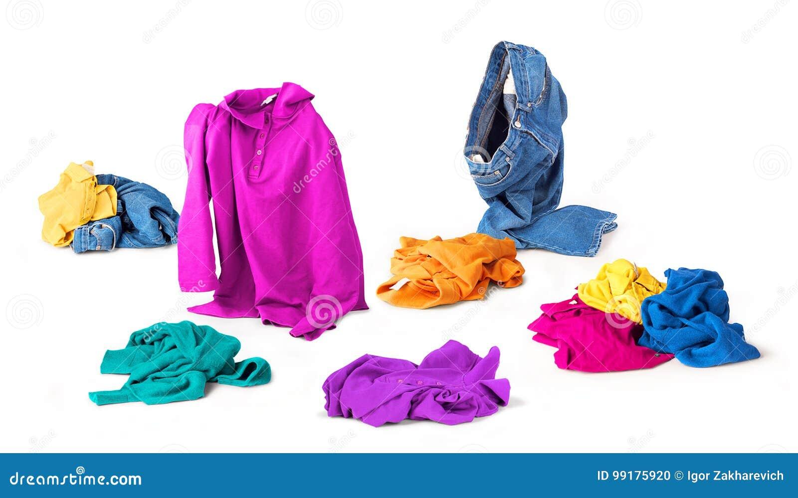 Queda brilhante da roupa ao assoalho