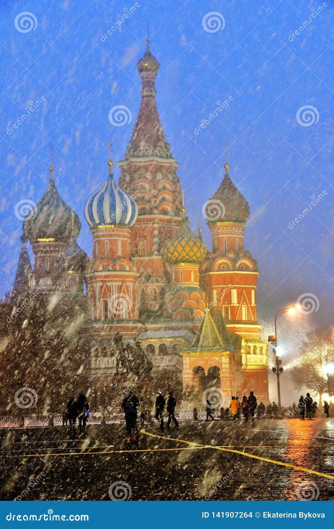 Queda de neve extrema no quadrado vermelho em Moscou
