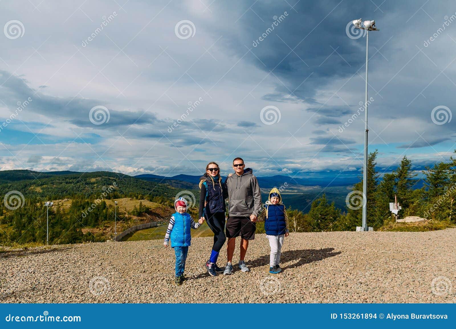 Queda feliz da família nas montanhas